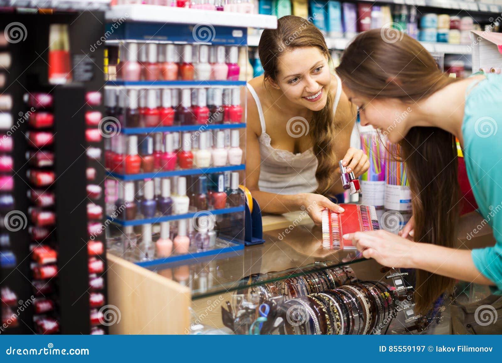 Mädchenumhüllungskäufer mit Nagellack