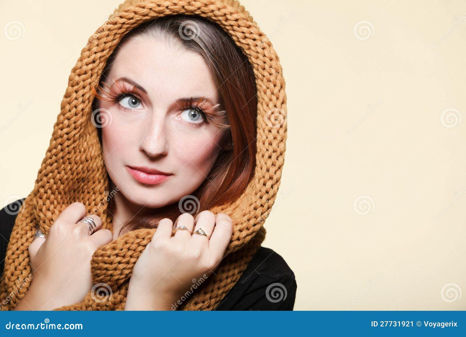 Mädchenzauberbraun-Haar Augepeitschen der Herbstfrau neue