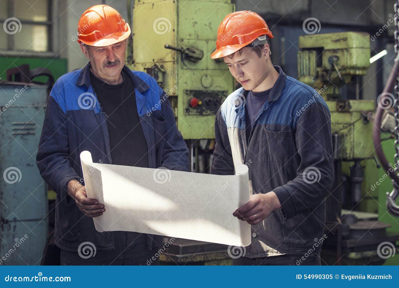 Män arbetar på den gamla fabriken för installationen av utrustning