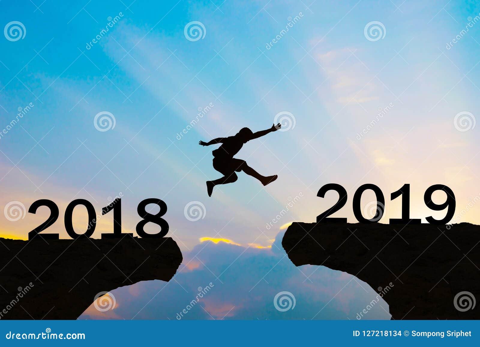 Män för lyckligt nytt år 2019 hoppar över konturberg