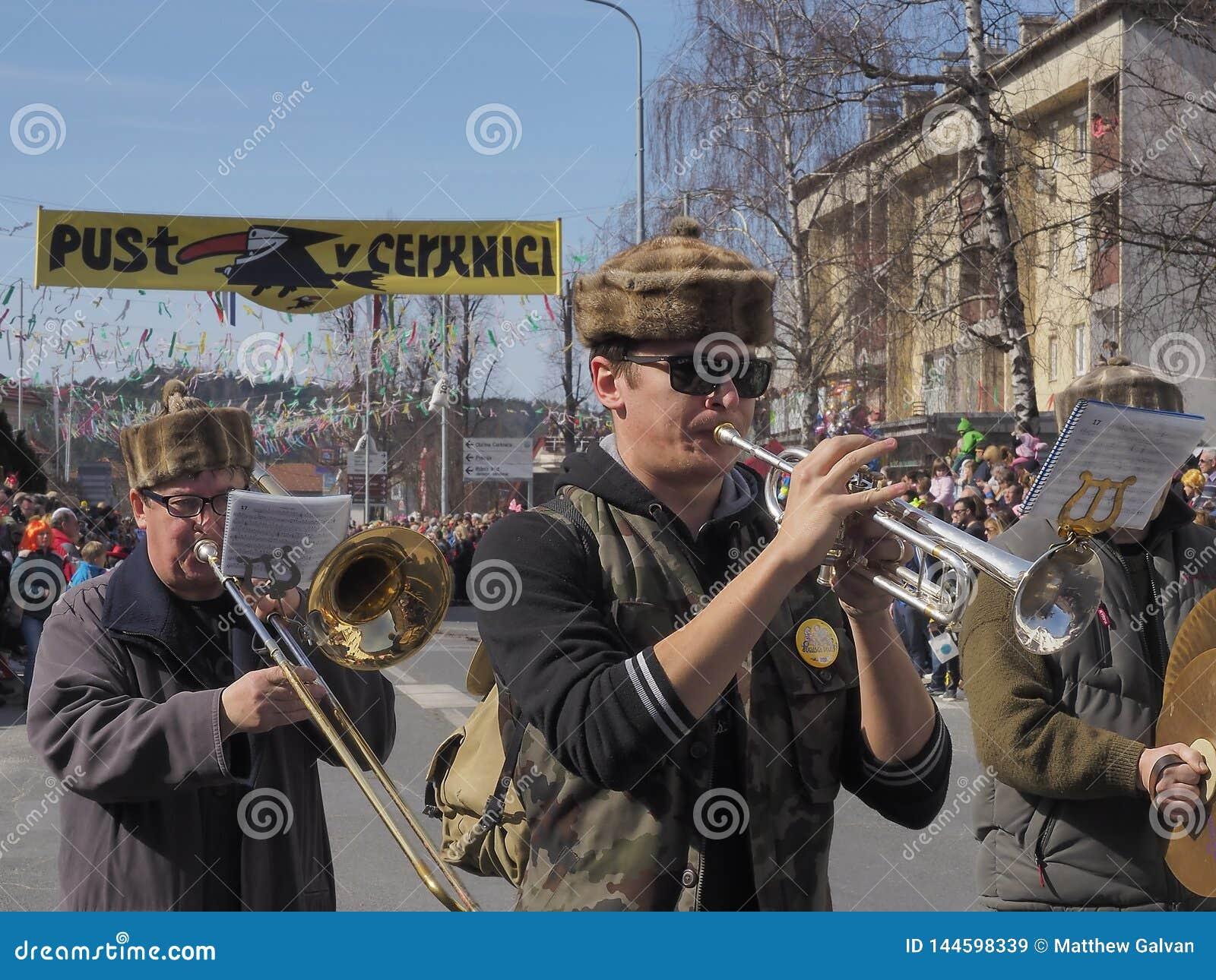 Män, i att spela för marschmusikband
