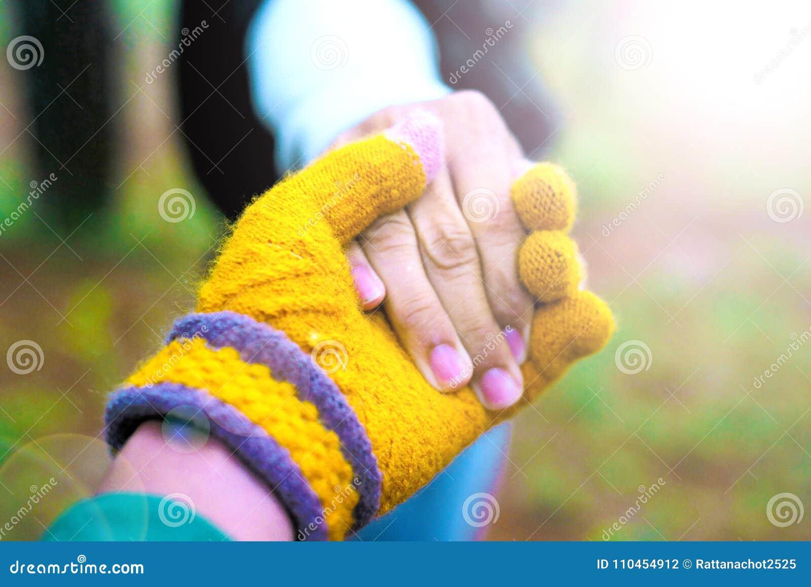 Män och kvinnor rymmer händer och tar omsorg av de med förälskelse och uppmuntran
