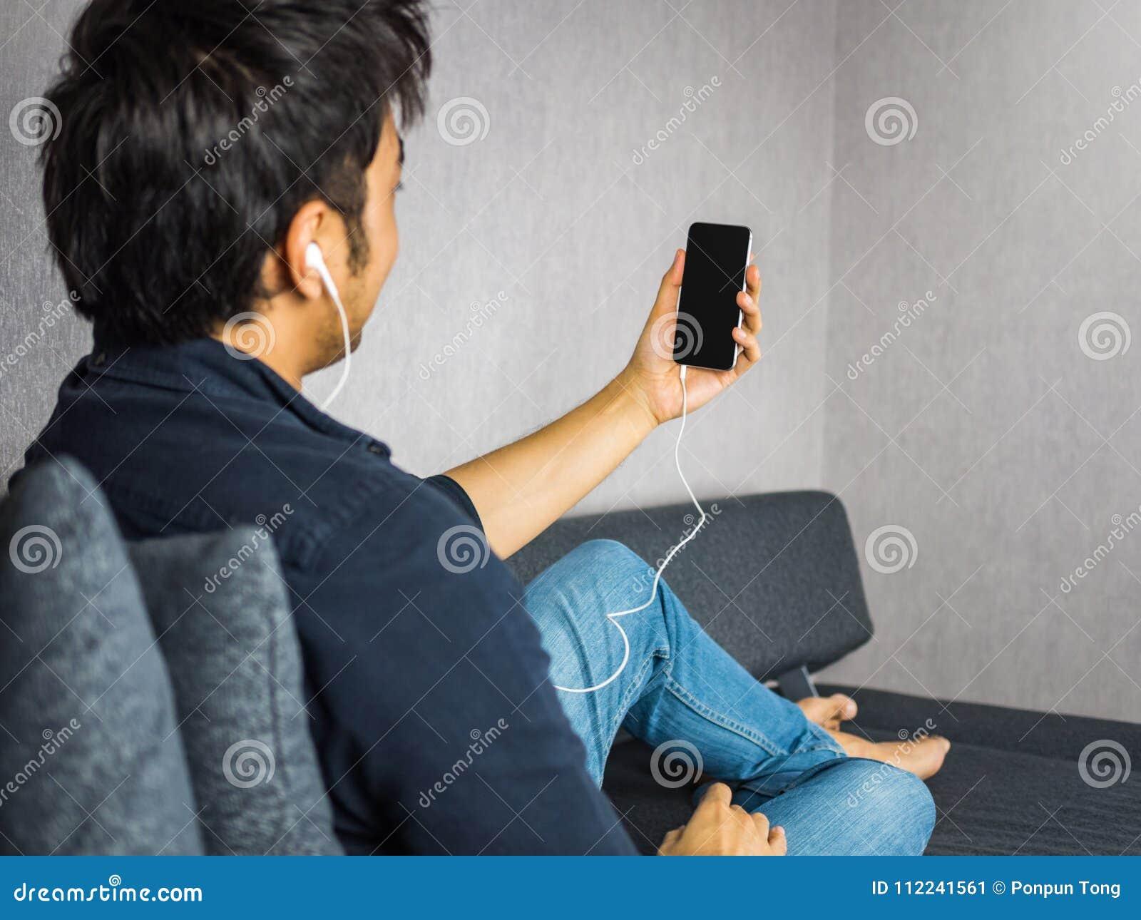 Män som använder telefonen till video appell- eller tagandeselfie