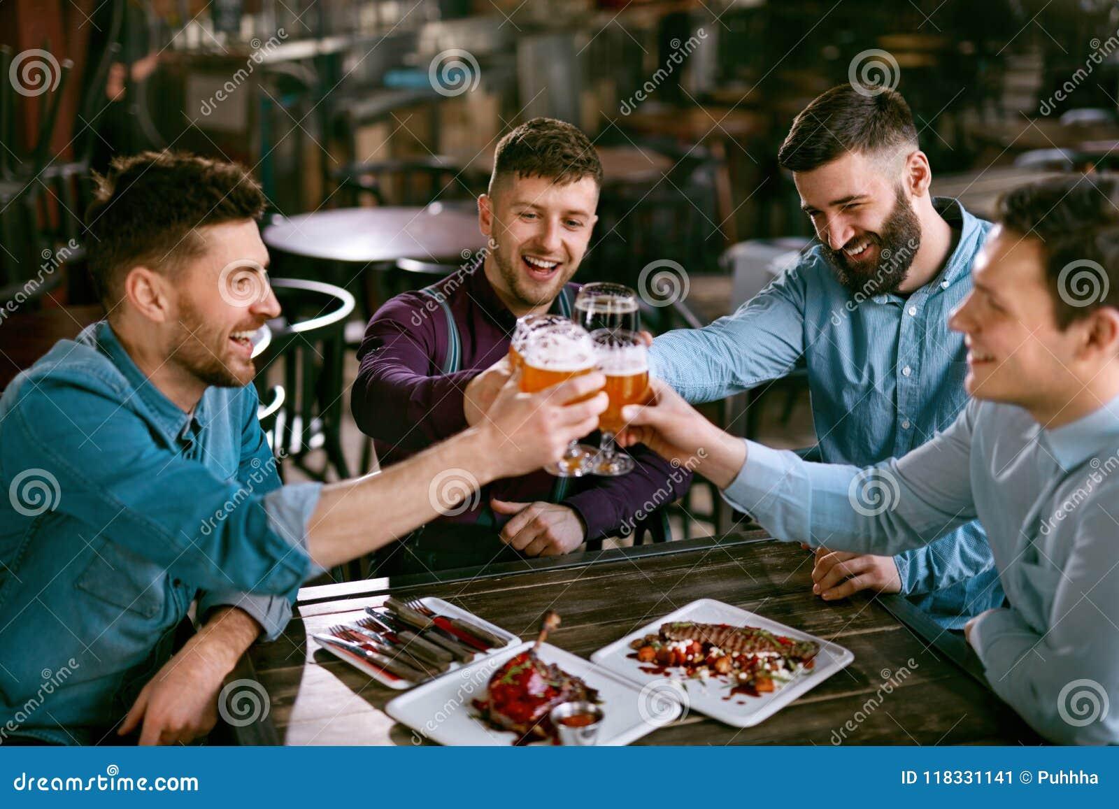 Män som dricker öl i bar