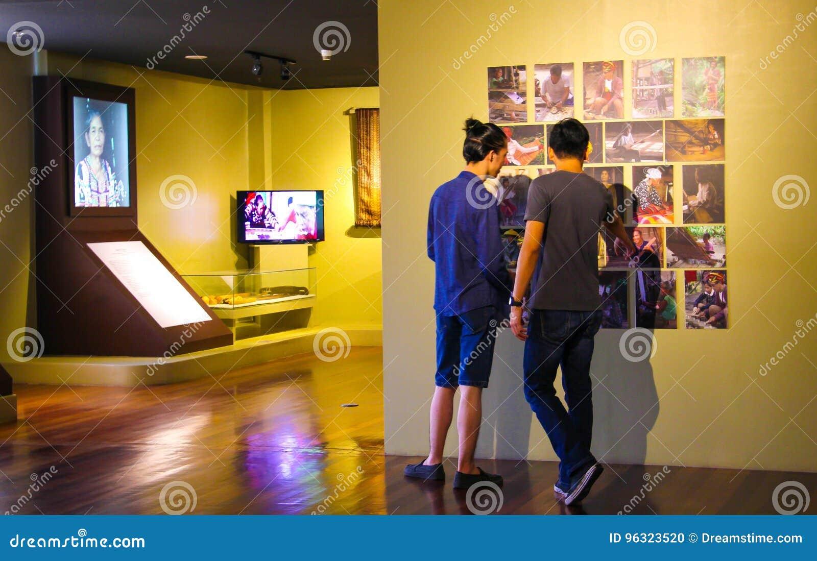 Männer, die ein Museum besichtigen