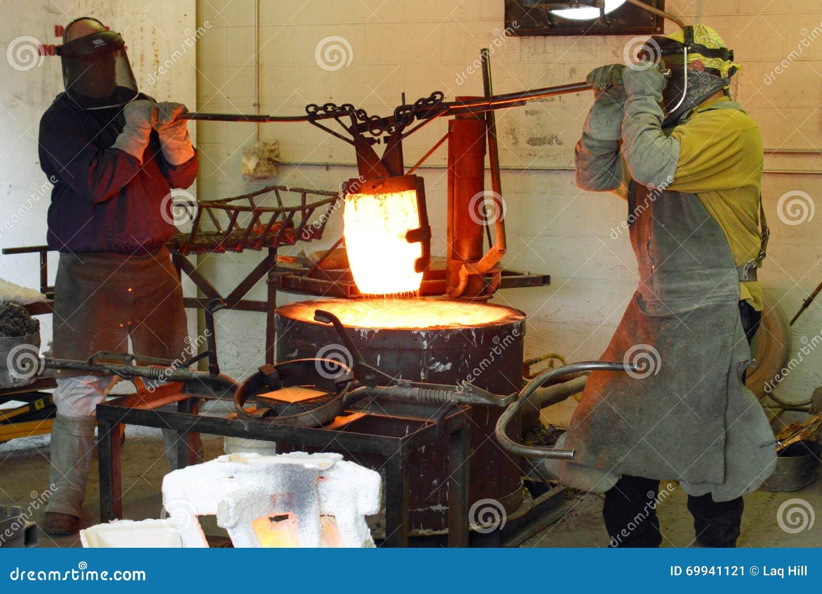 Männer, die im Gießerei-heißen Ofen arbeiten