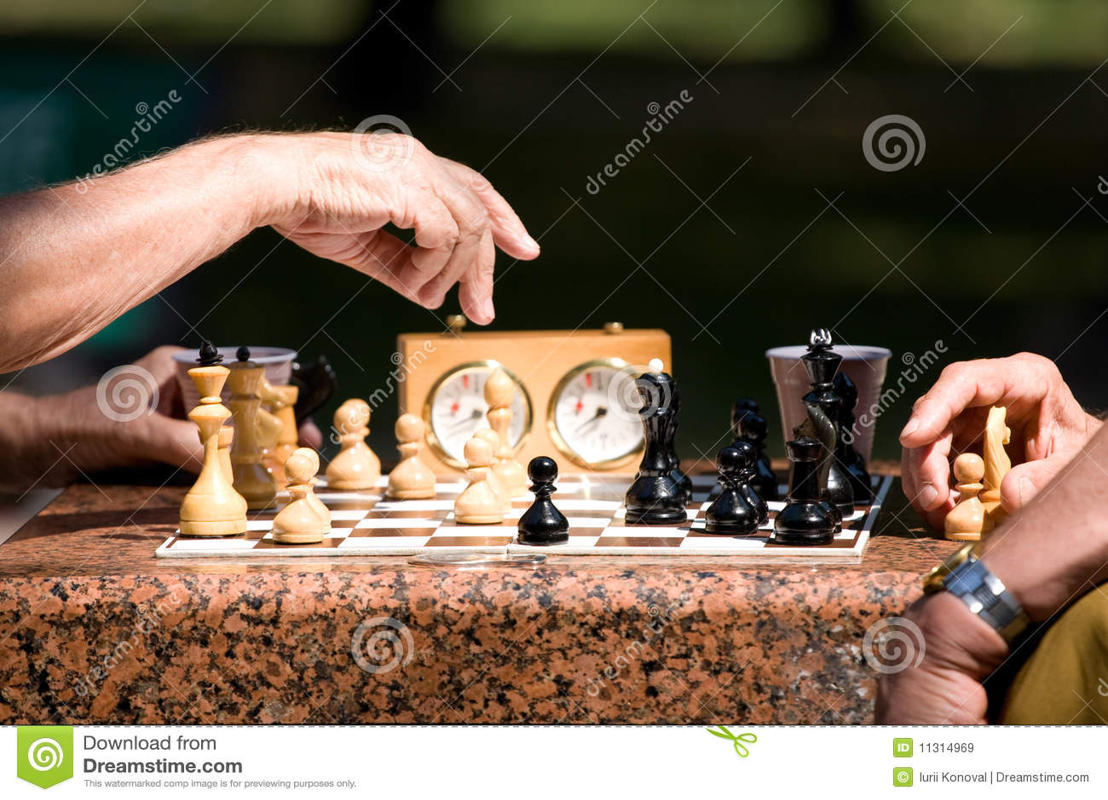 Männer, die Schach spielen