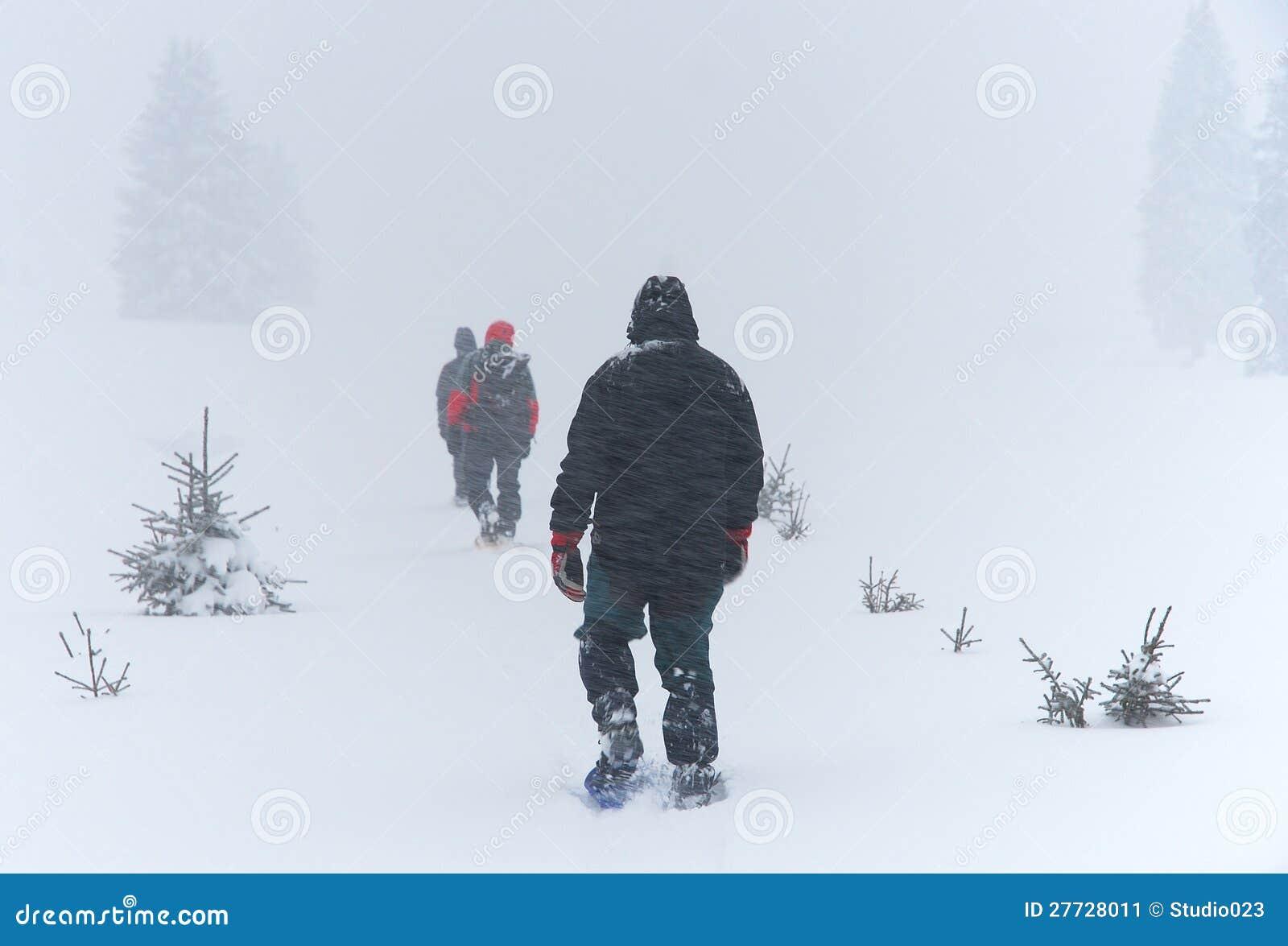 Männer läuft Blizzard auf Snowshoes durch