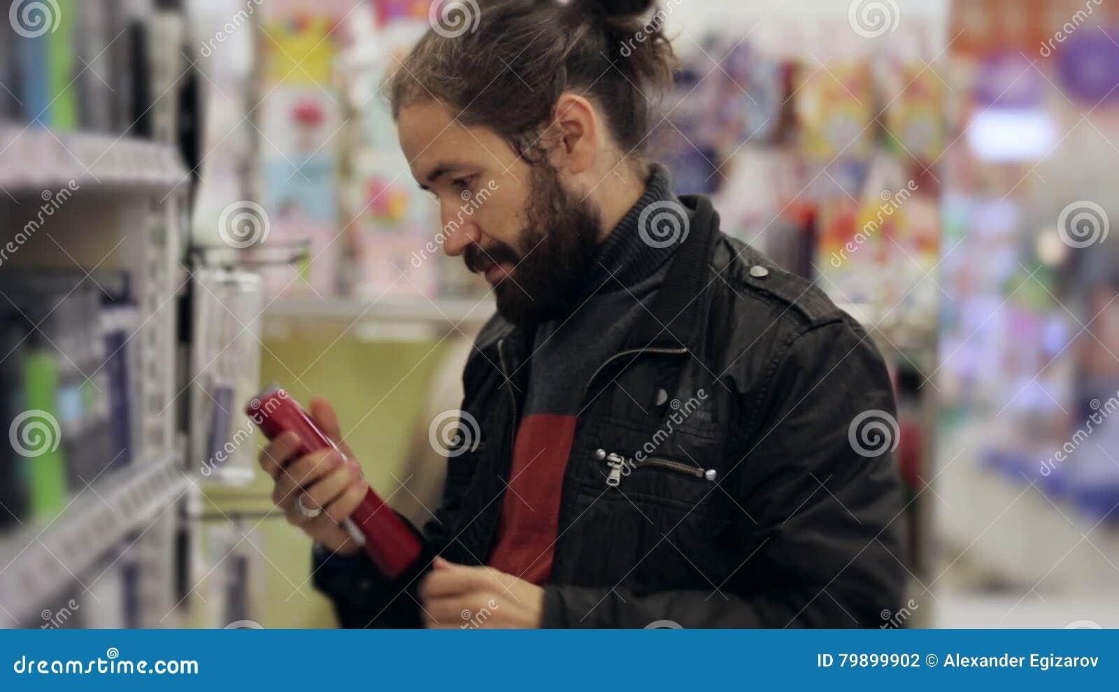 Männer Mit Dem Bart Und Langem Haar Die Antitranspirationsmittel Im
