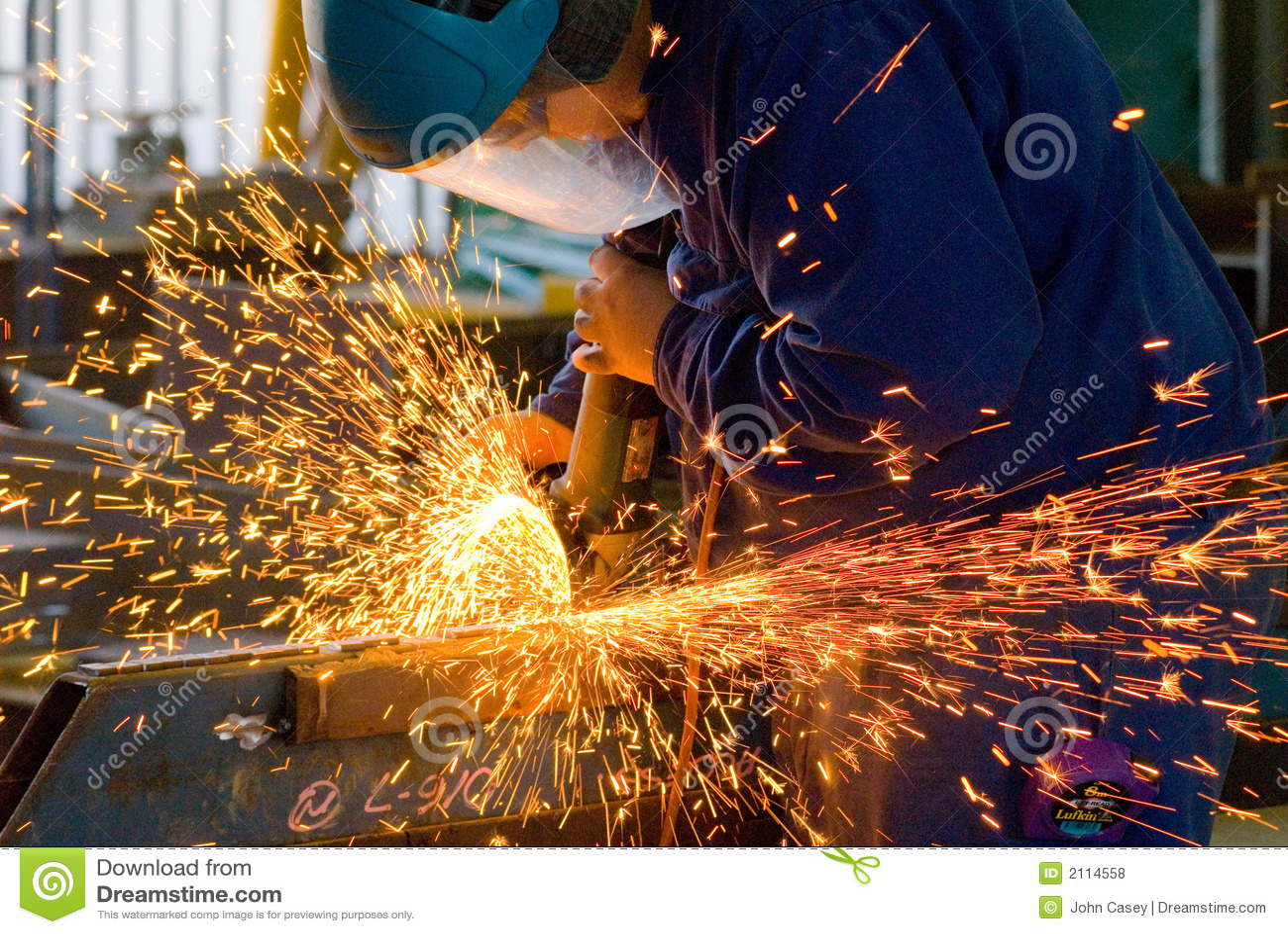Männer an reibendem Stahl der Arbeit