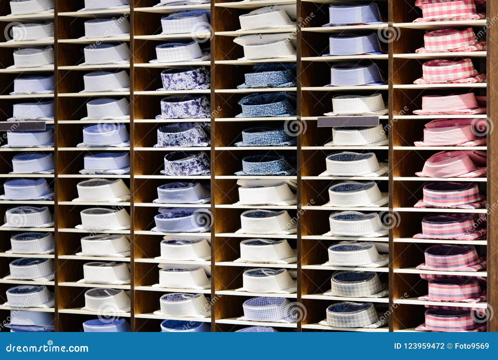 low priced 965b0 b1c67 Männer ` S Hemden Auf Einem Regal Redaktionelles ...