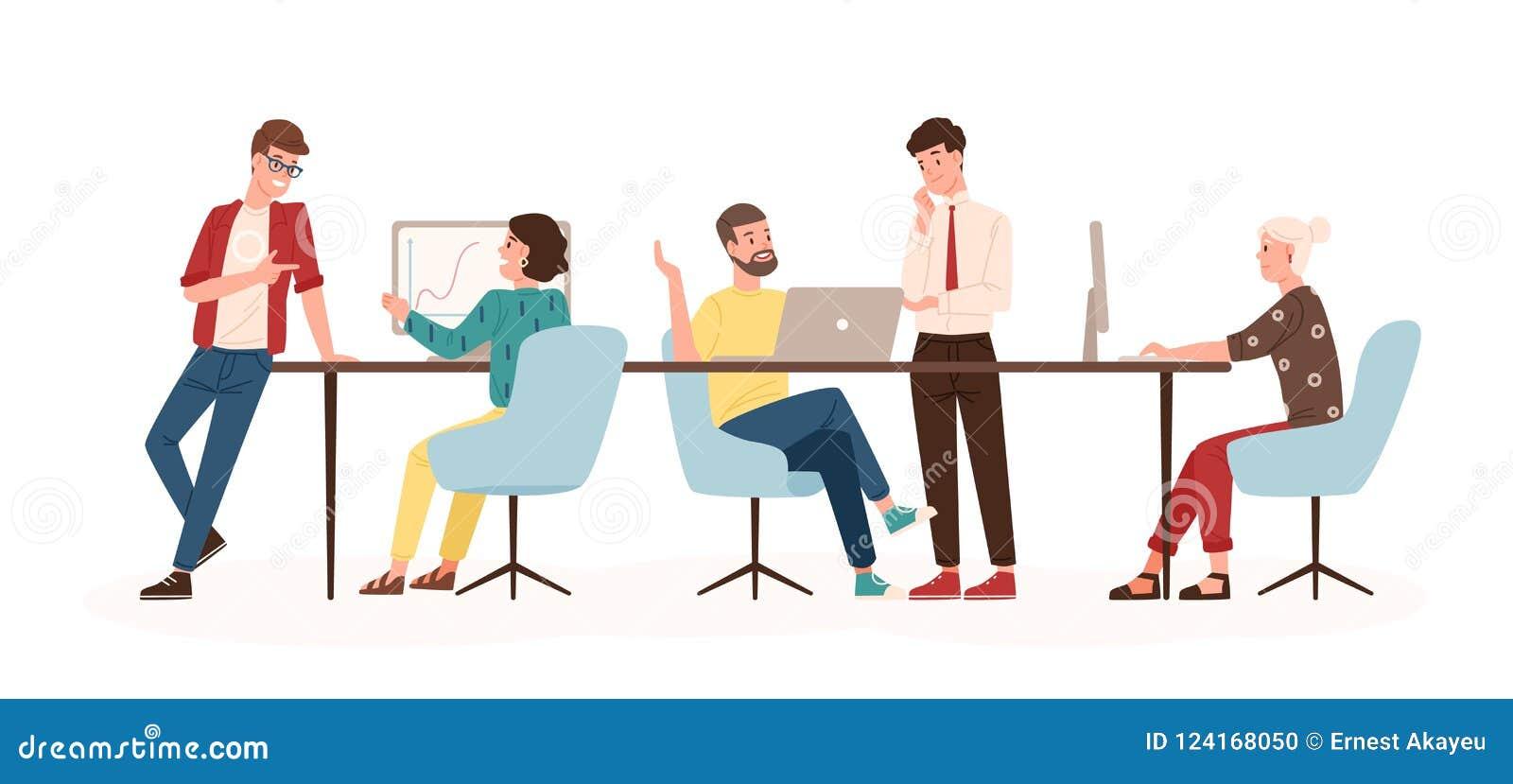 Männer und Frauen, die am Schreibtisch und an der Stellung im modernen Büro, Funktion an den Computern sitzen und mit Kollegen sp