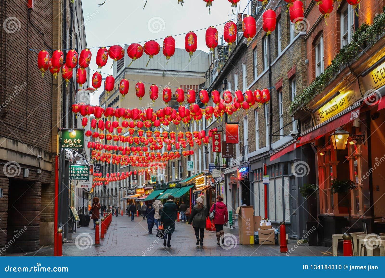 Männer und Frauen, die in Straßen in China-Stadt in London gehen