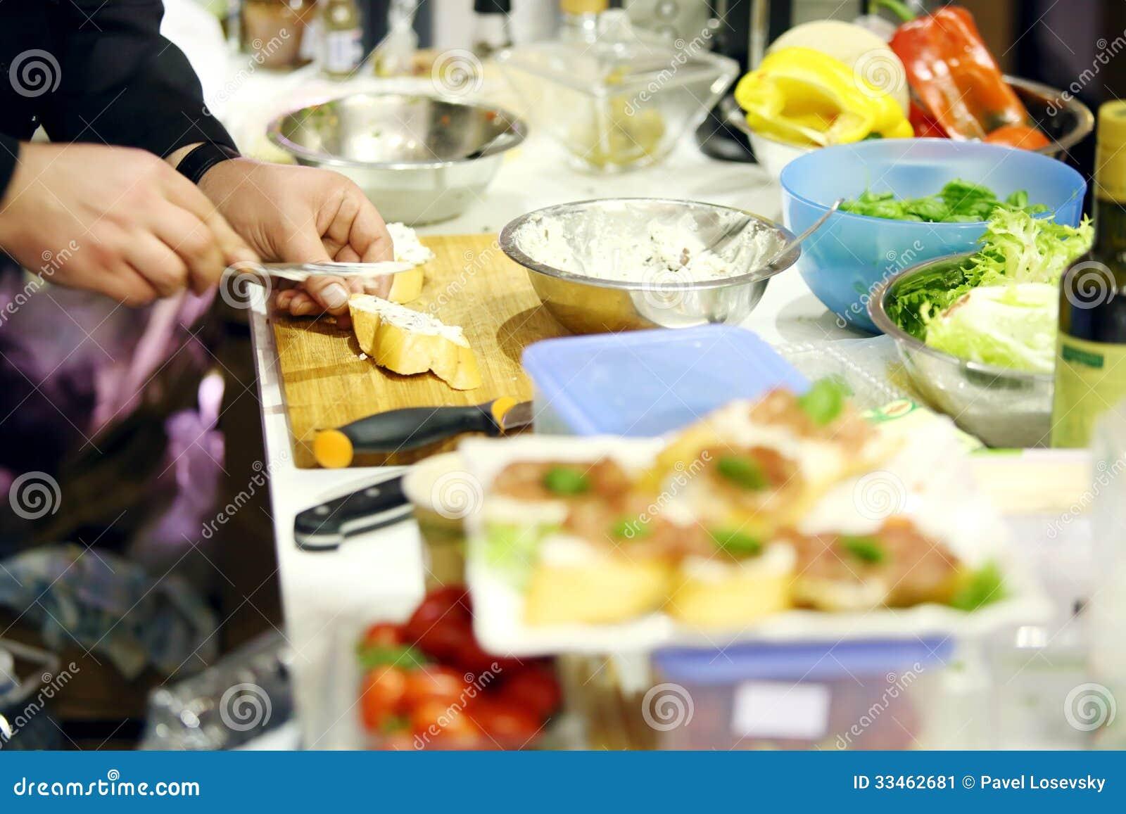 Männliche Chefhände Machen Köstliches Sandwich Auf Tabelle Stockbild ...