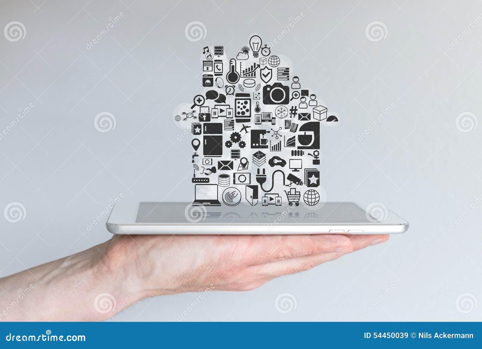 Männliche Hand, die Tablet-Computer hält Konzept der intelligenten Hausautomation und des Mobile-Computings