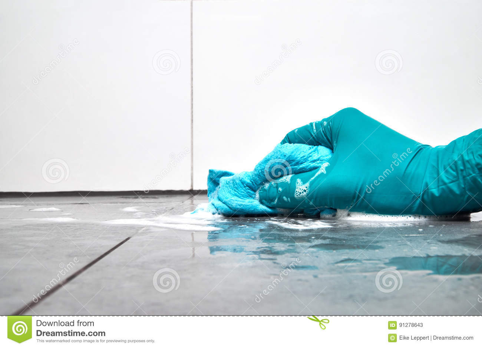 Männliche Hand Mit Einem Blauen Lappen, Der Die Badezimmerfliesen Auf Dem  Boden Säubert
