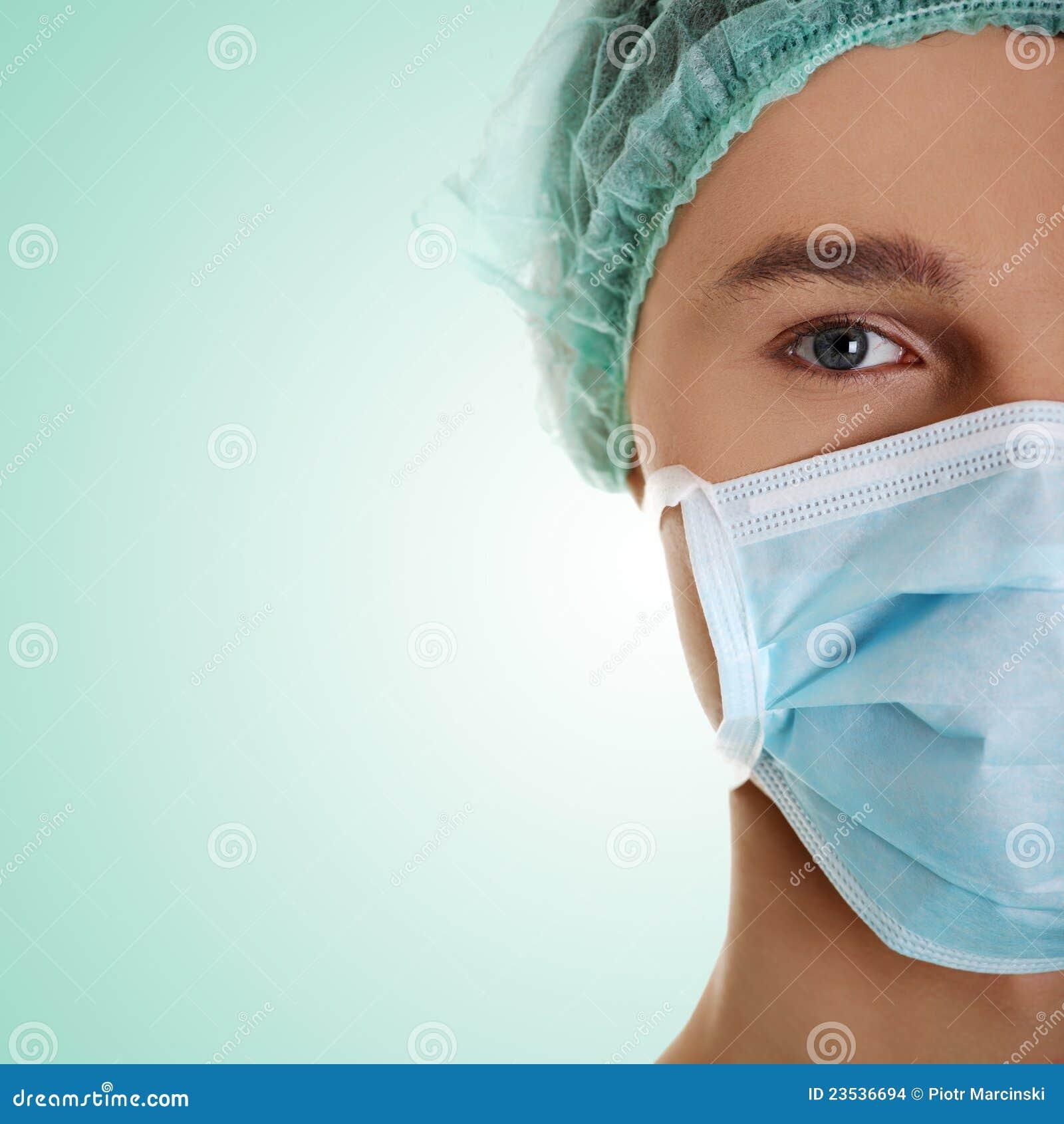 Männlicher Chirurg, der Kamera betrachtet