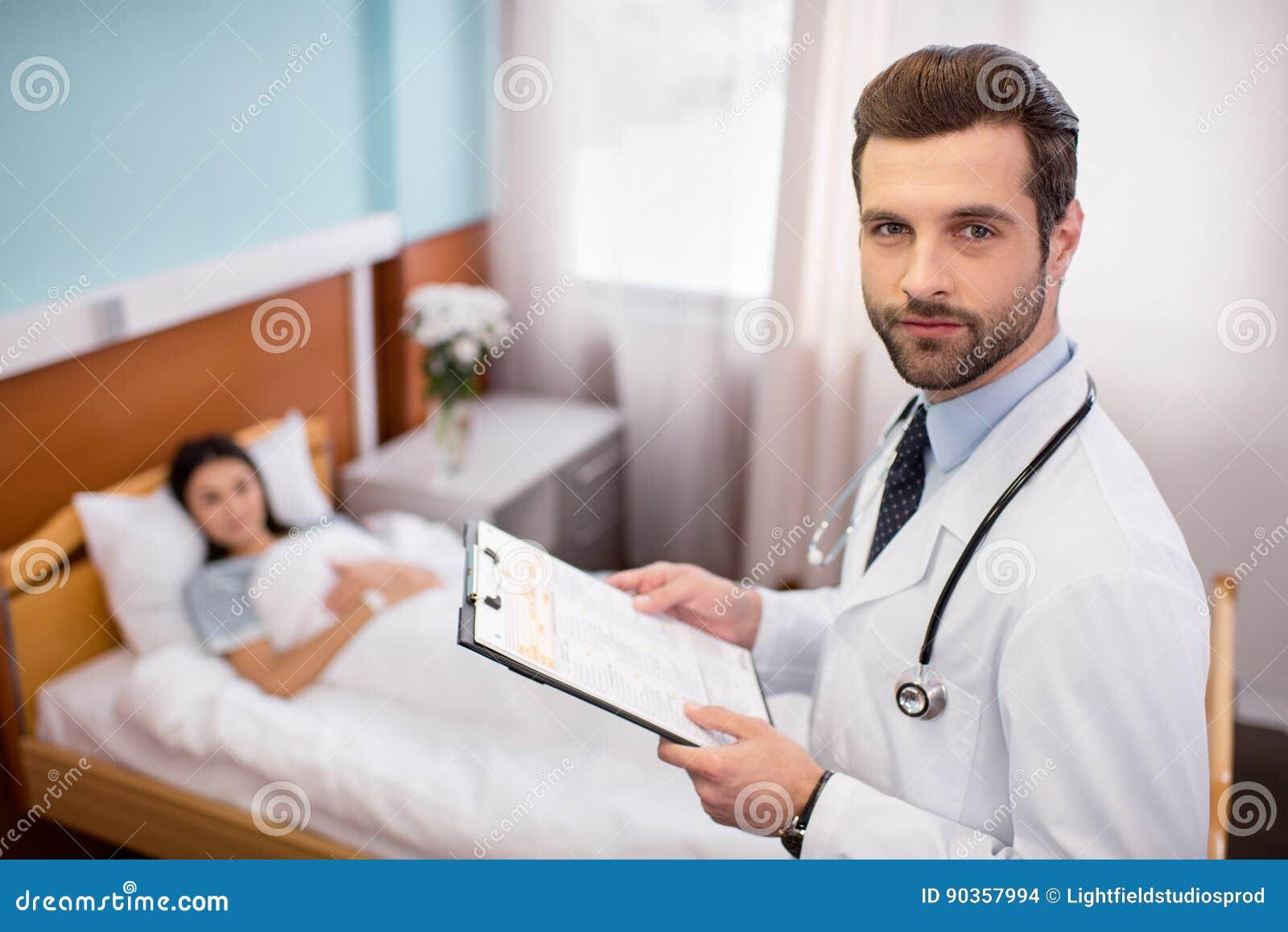 Männlicher Doktor im Krankenhaus