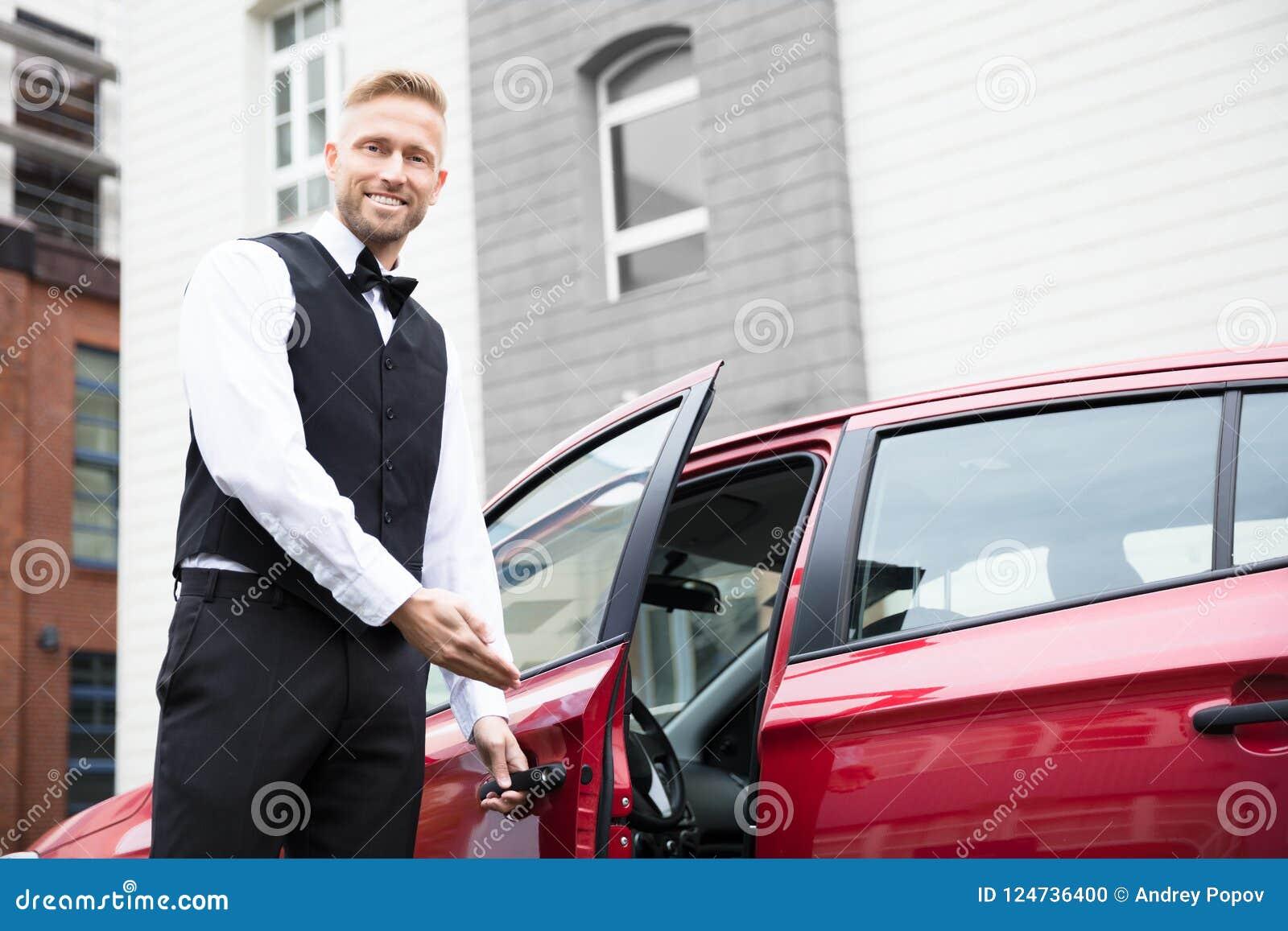 Männlicher Kammerdiener Opening Car Door
