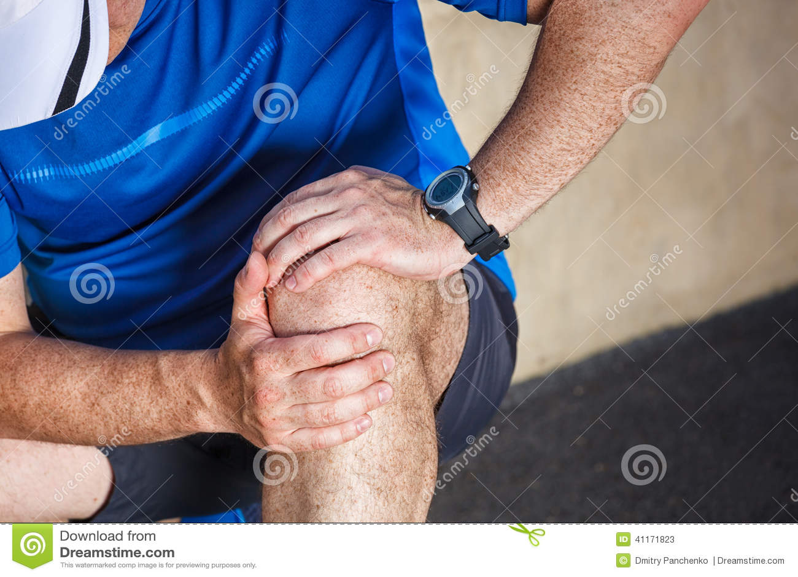 Männlicher Läufer, der Probleme im Knie hat