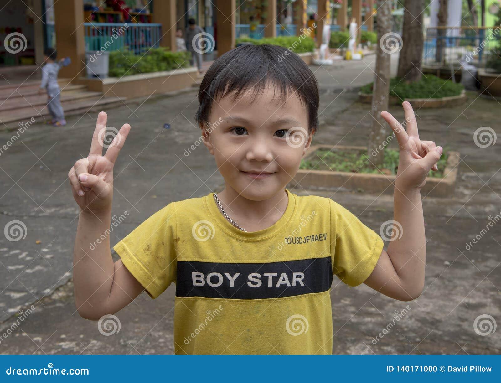 Männlicher Student, Kindergarten Hoa Chau, Dorf von Phuong Nam bewirtschaftend, Vietnam