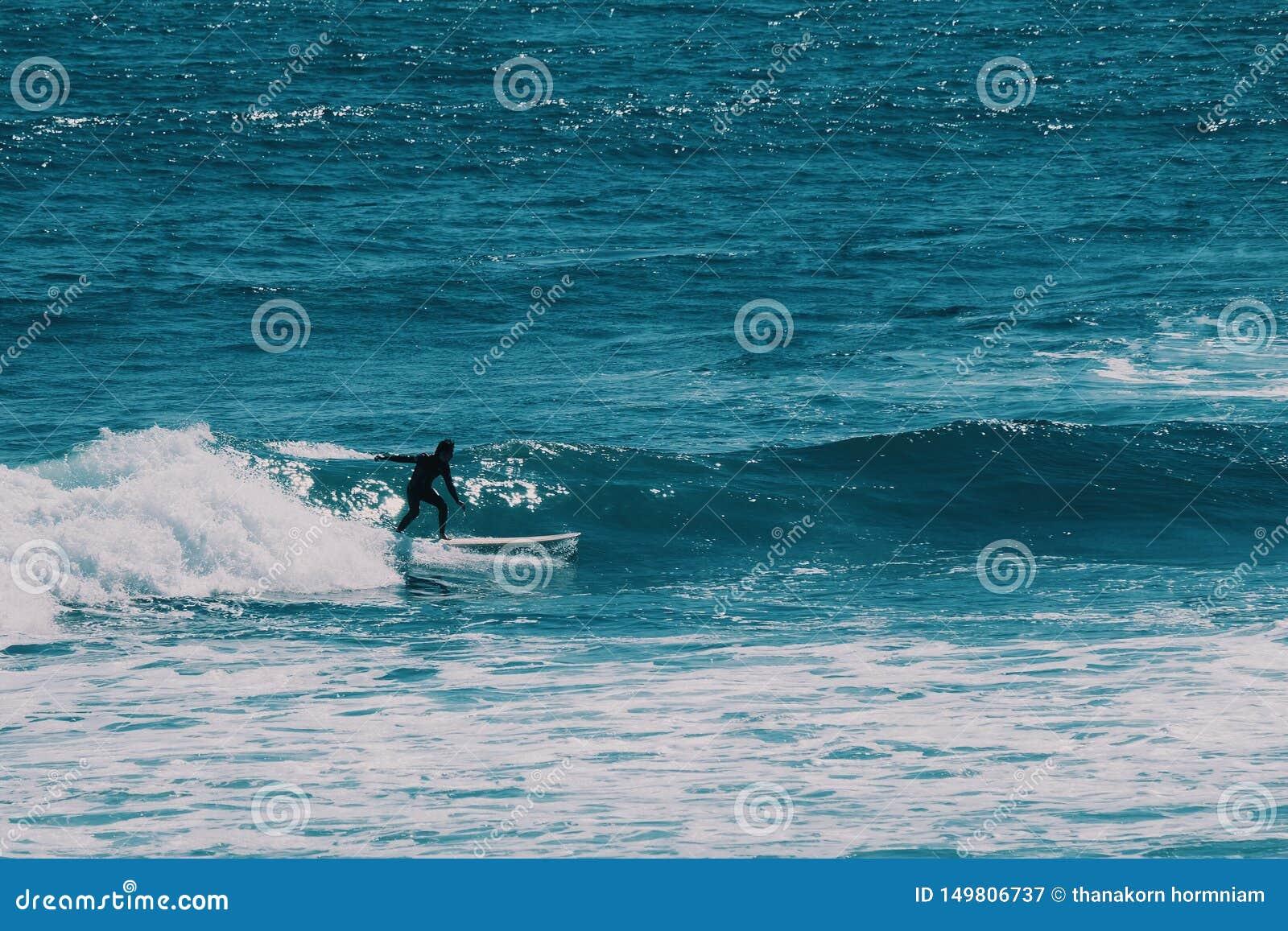 Männlicher Surfer im Ozean, Sommerhintergrundkonzept