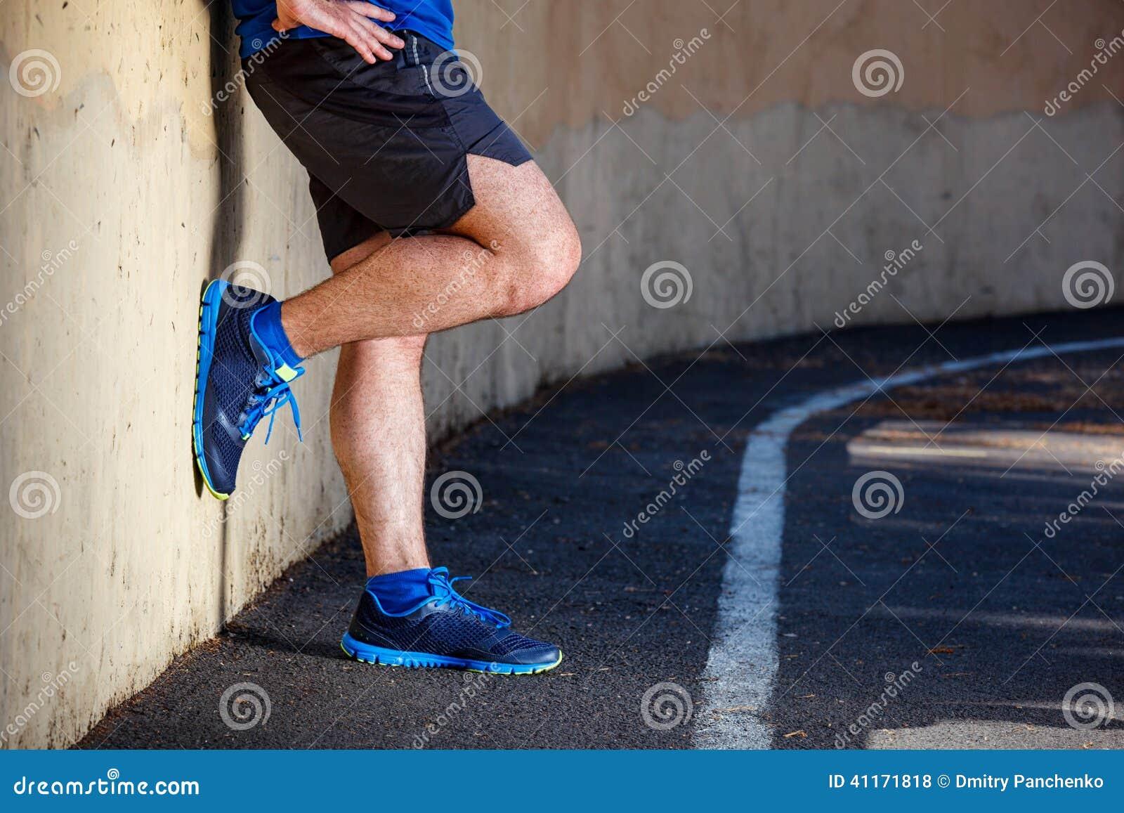 Männliches Läuferlehnen entspannt