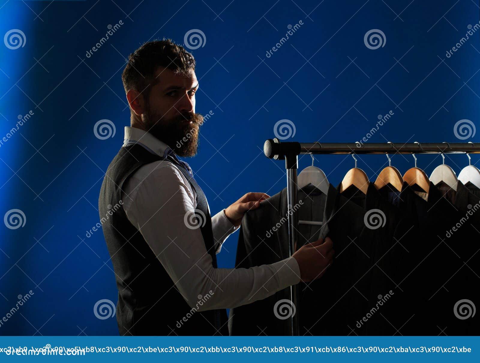 Mäns lothing som shoppar i boutique Skräddare som anpassar Mandräkt, skräddare i hans seminarium Elegant mans hänga för dräkter