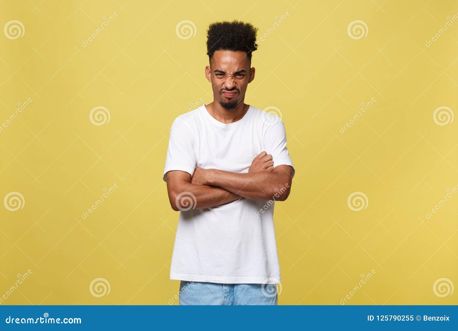 Mänskliga ansiktsuttryck, sinnesrörelser och känslor Ståenden av den tokiga ilskna unga mörkhyade mannen klädde tillfälligt
