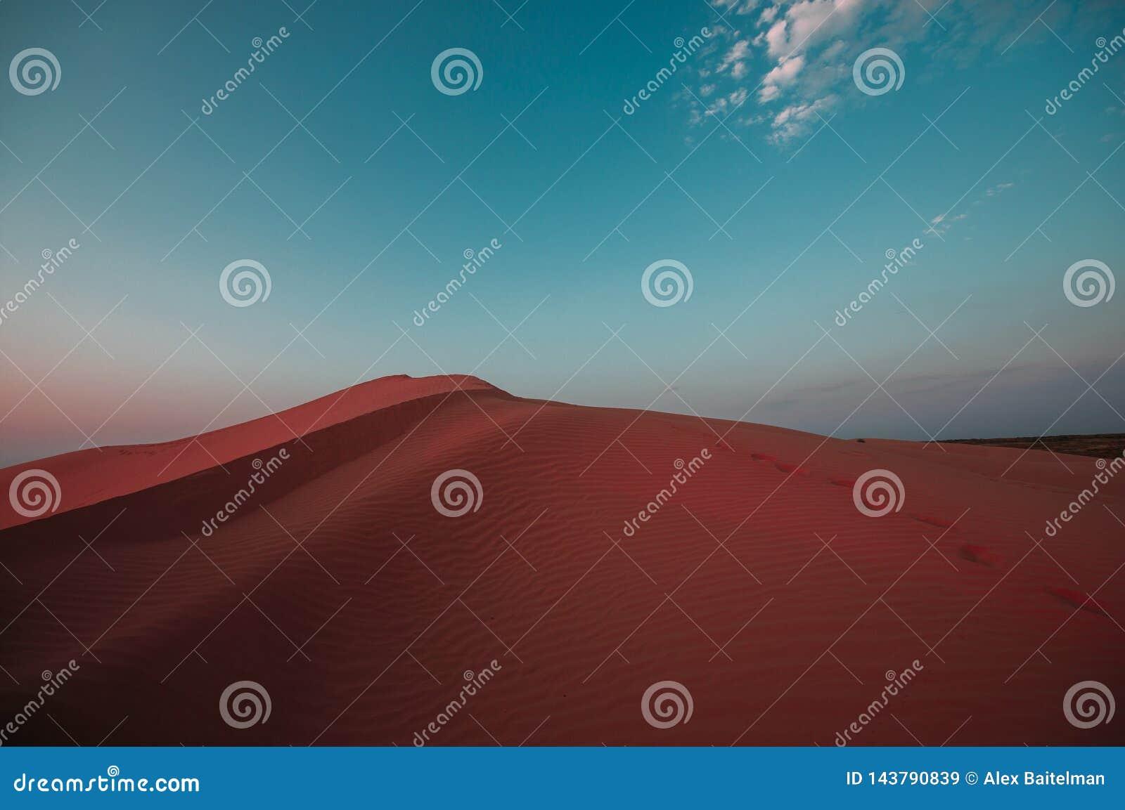Mänskliga fotspår i sanden i öknen