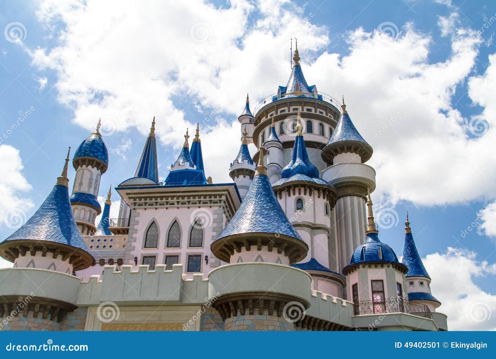 Download Märchen-Schloss im Park stockbild. Bild von eigenschaft - 49402501