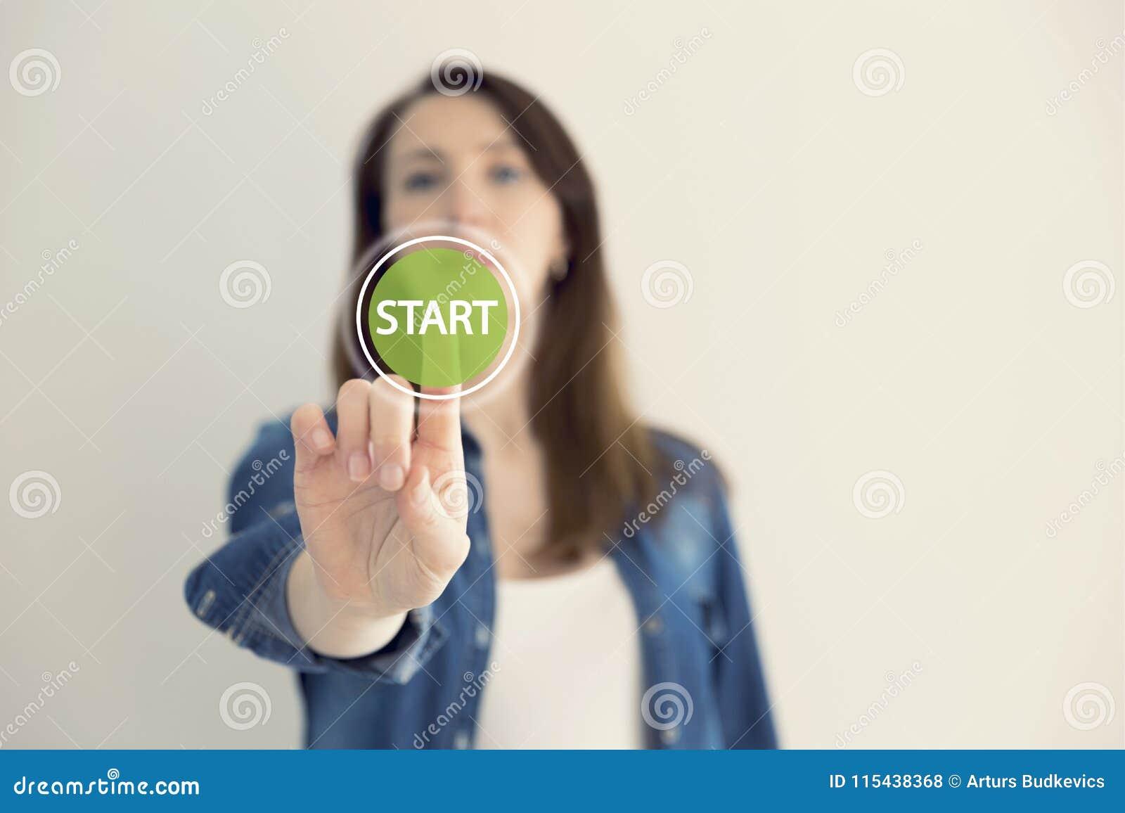 Märkes- rörande faktisk knappstart för ung kvinna Ny start, början, affärsidé