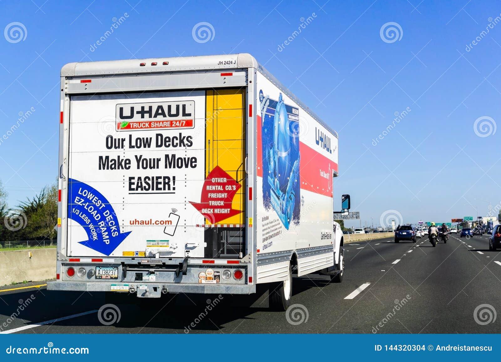 31. März 2019 Oakland/CA/USA - U-Streckenpackwagen, der auf die Autobahn in San- Francisco Baybereich reist; U-Strecke ist eine a
