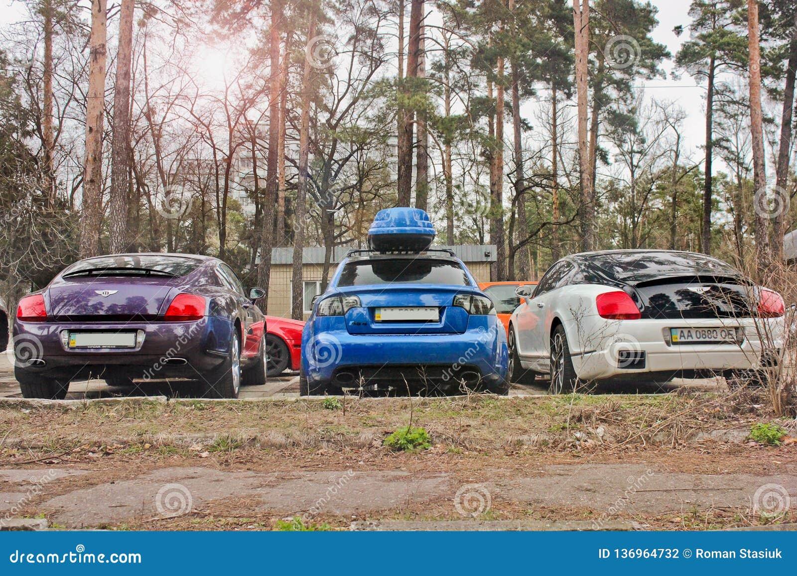 13. März 2014 Ukraine, Kharkov; Superkombiniertes von Supercars Purpurrotes und weißes Bentley und blaues Audi RS4