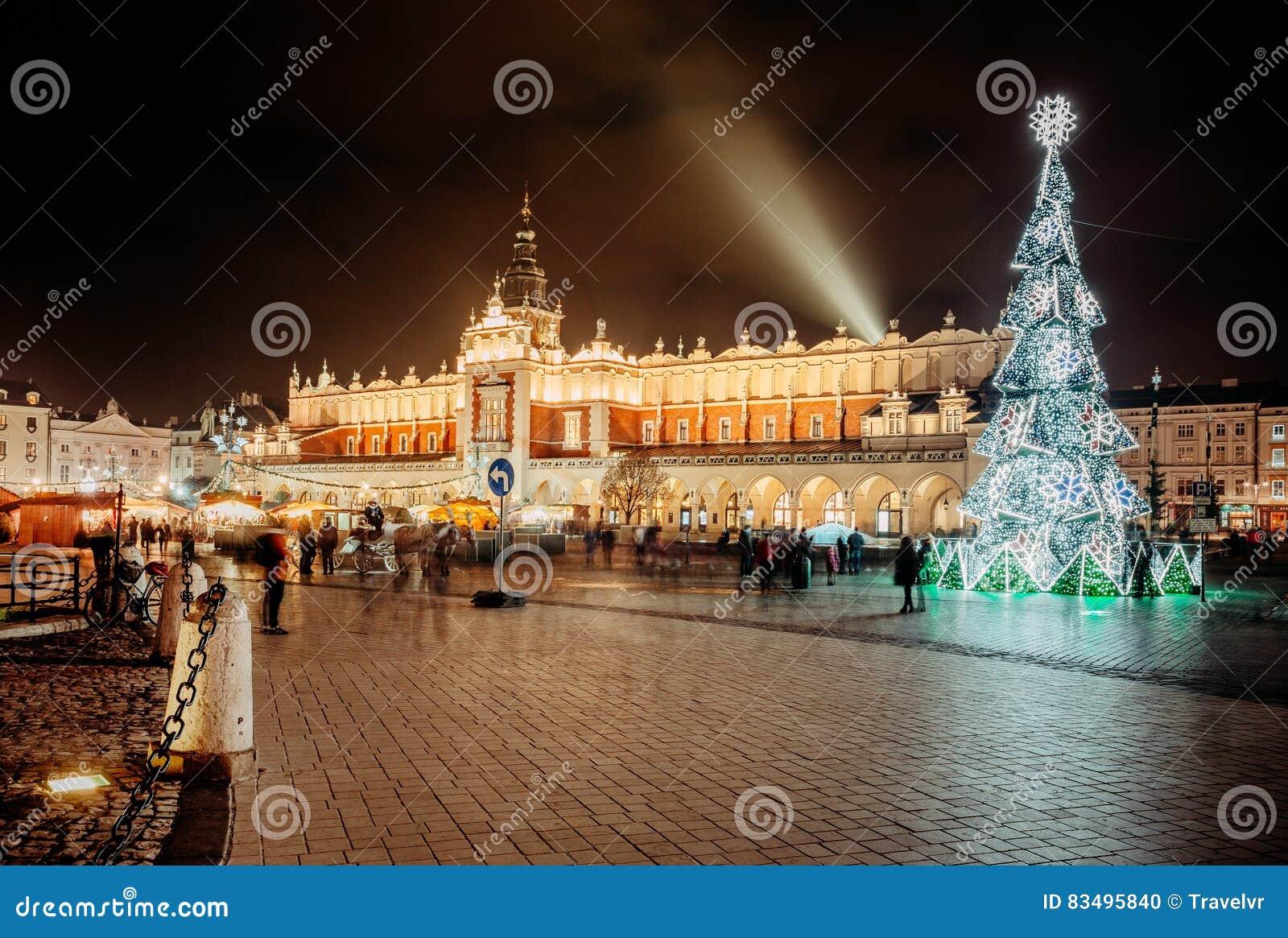Mässa i Krakow Huvudsaklig marknadsfyrkant och Sukiennice i aftonen