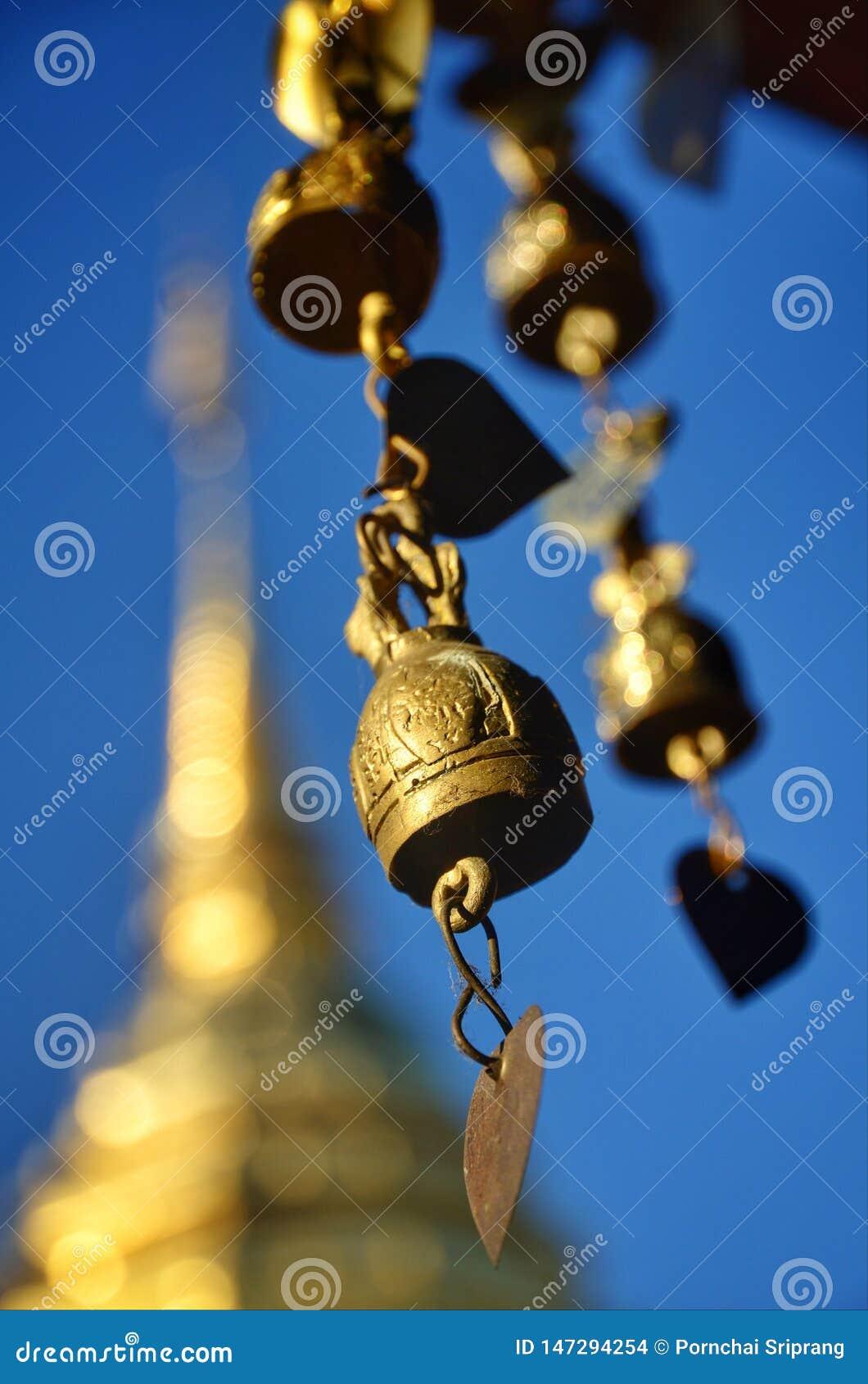Mässingsklockor hänger omkring paviljongen i tempelområdet