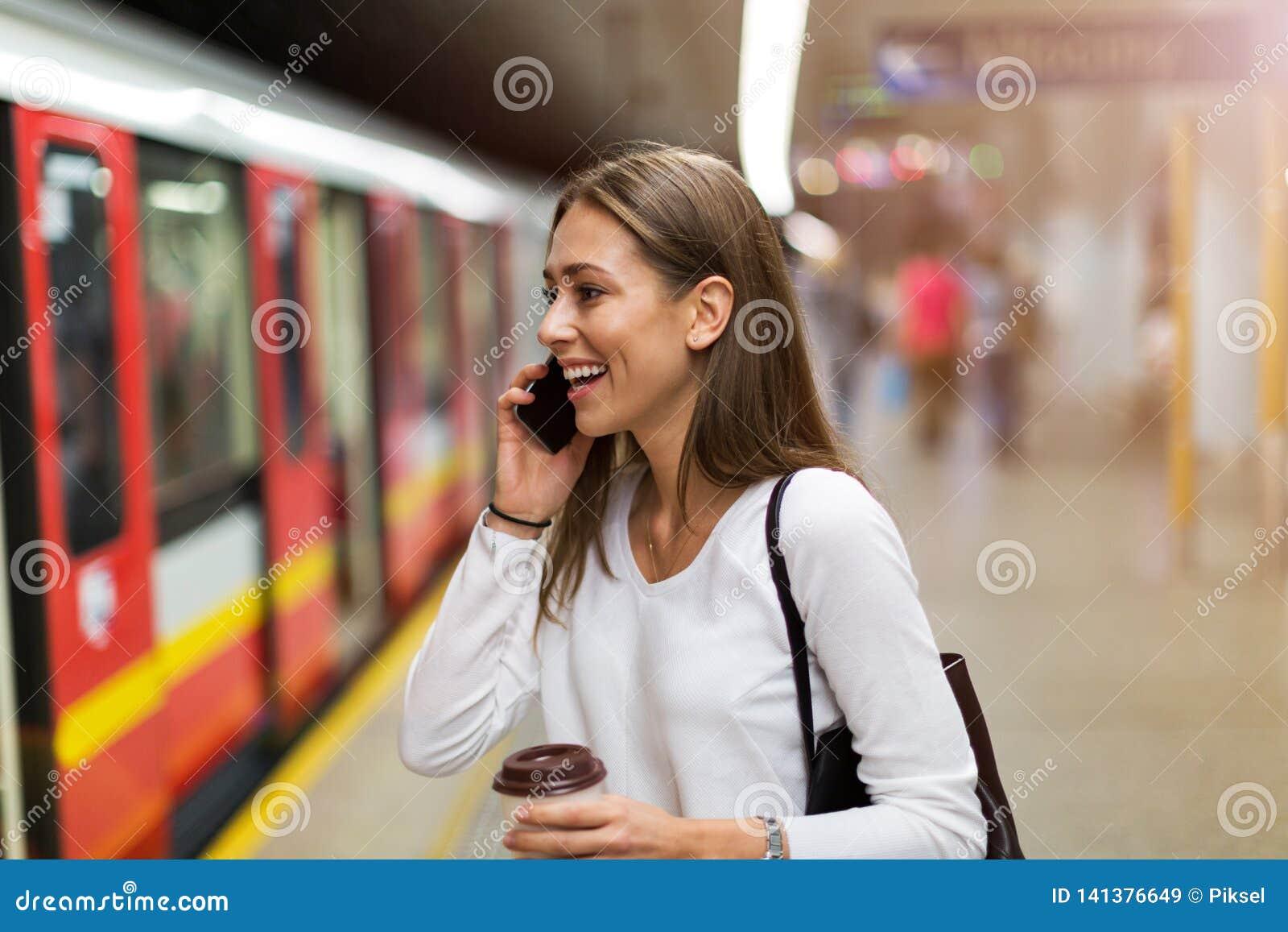 Młoda kobieta przy stacją metrą