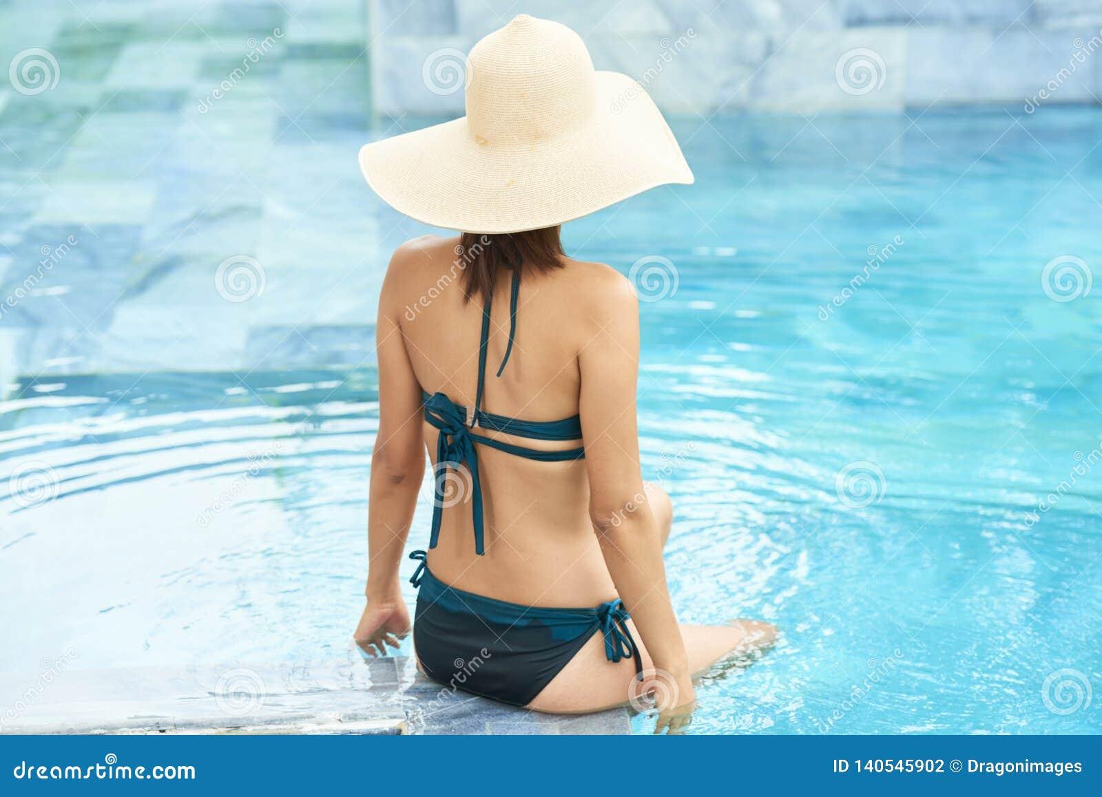 Młoda kobieta w wodzie
