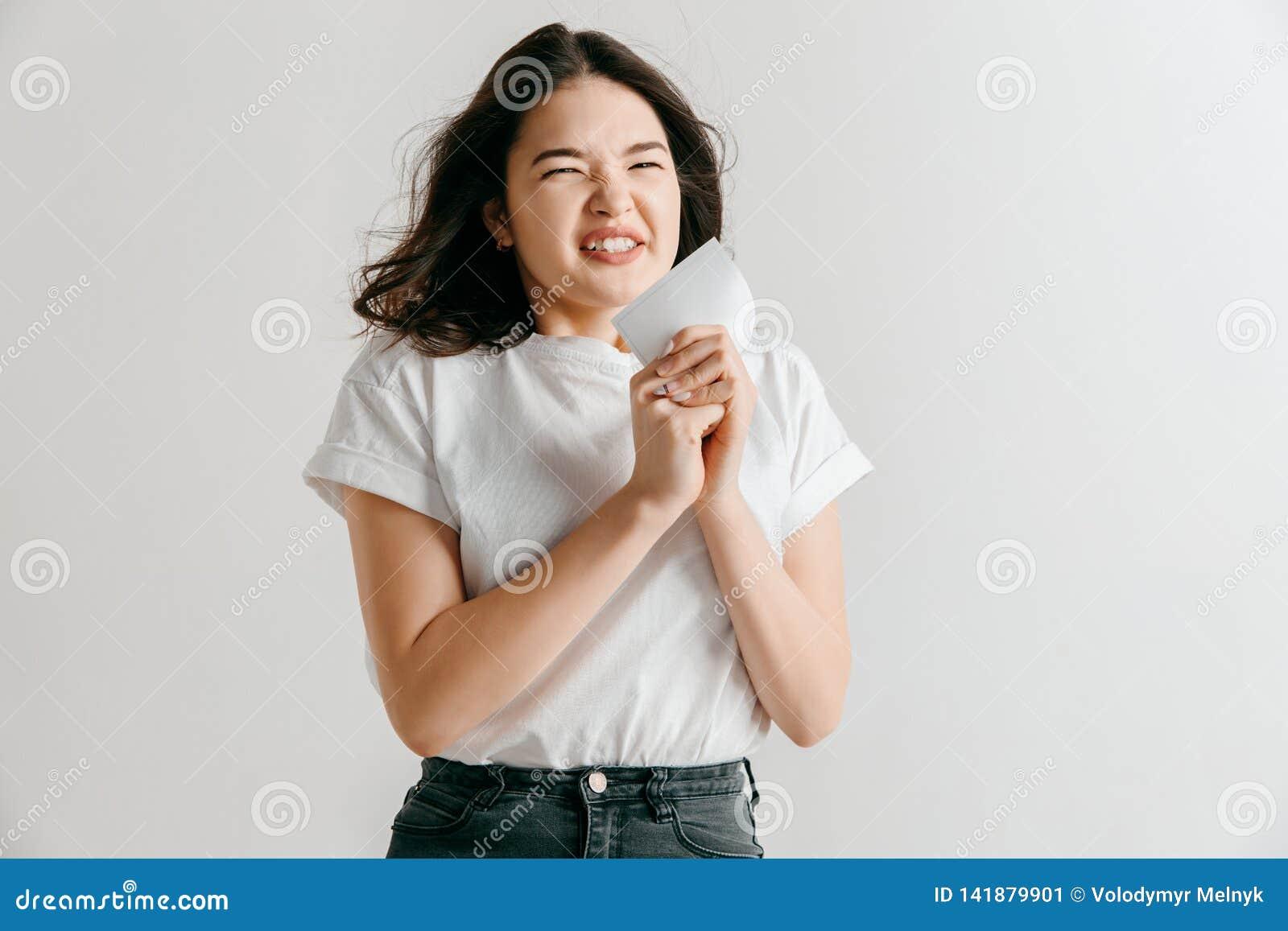 Młoda kobieta z zdziwionym wyrażeniem wygrywał zakład