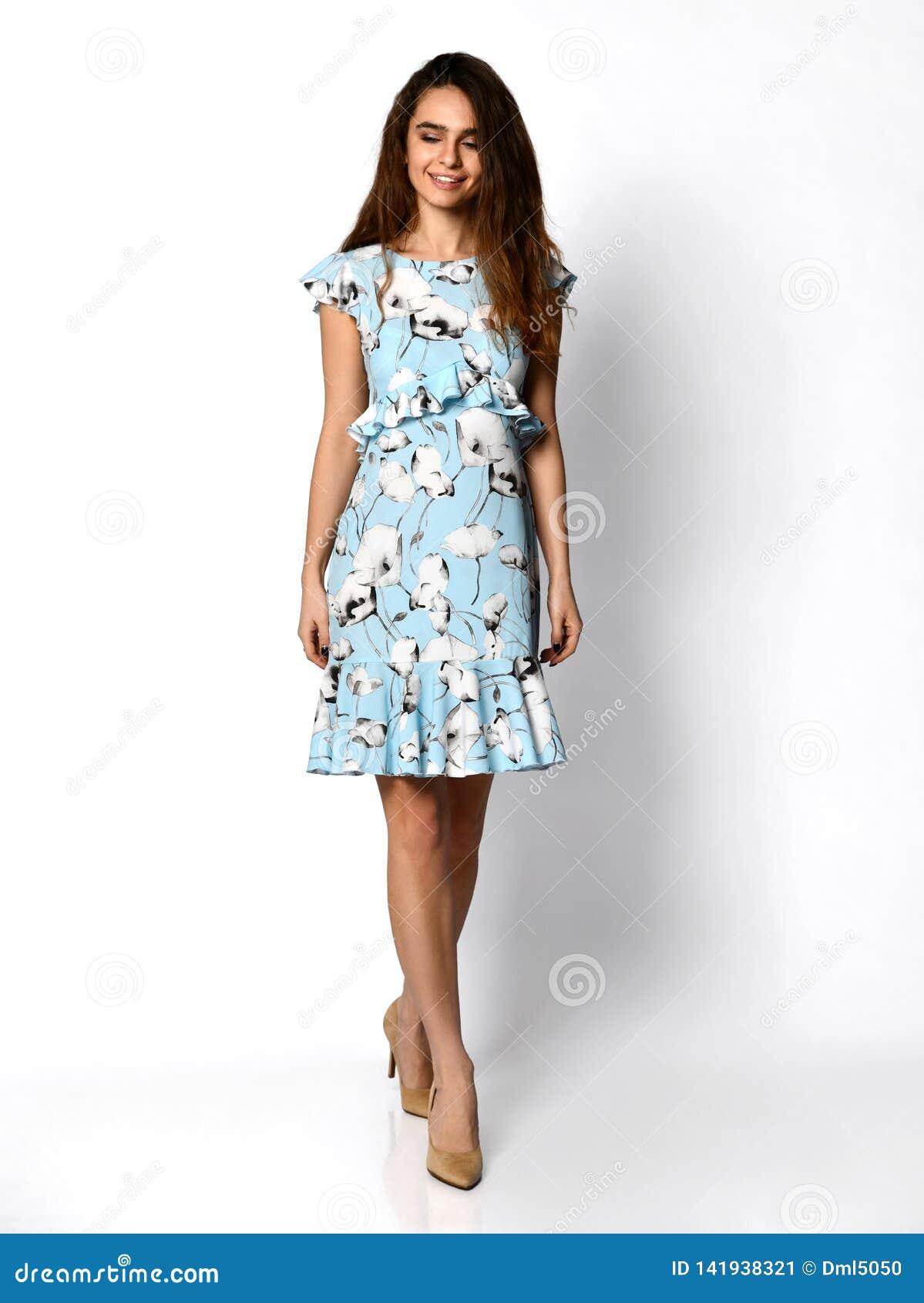 Młoda piękna kobieta pozuje w nowej jasnozielonej mody sukni na wysokich wzgórzach folował ciało na bielu