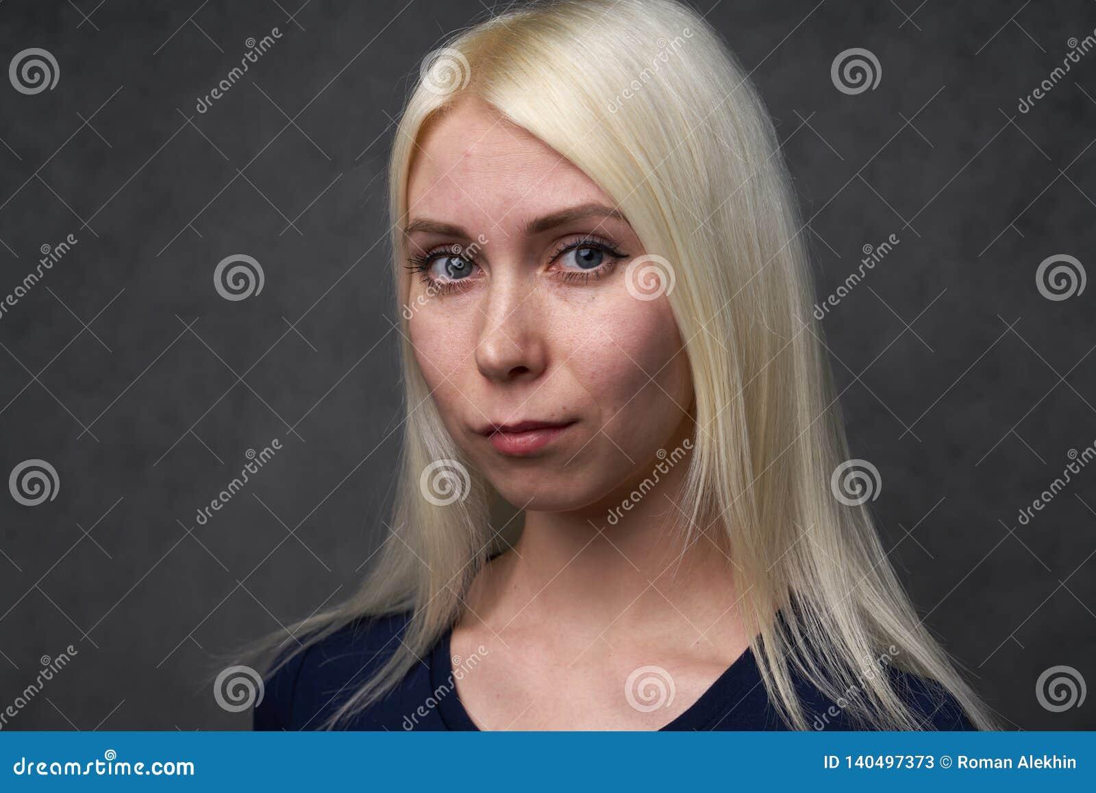 Młoda piękno dziewczyna w biel ubraniach na szarym backround