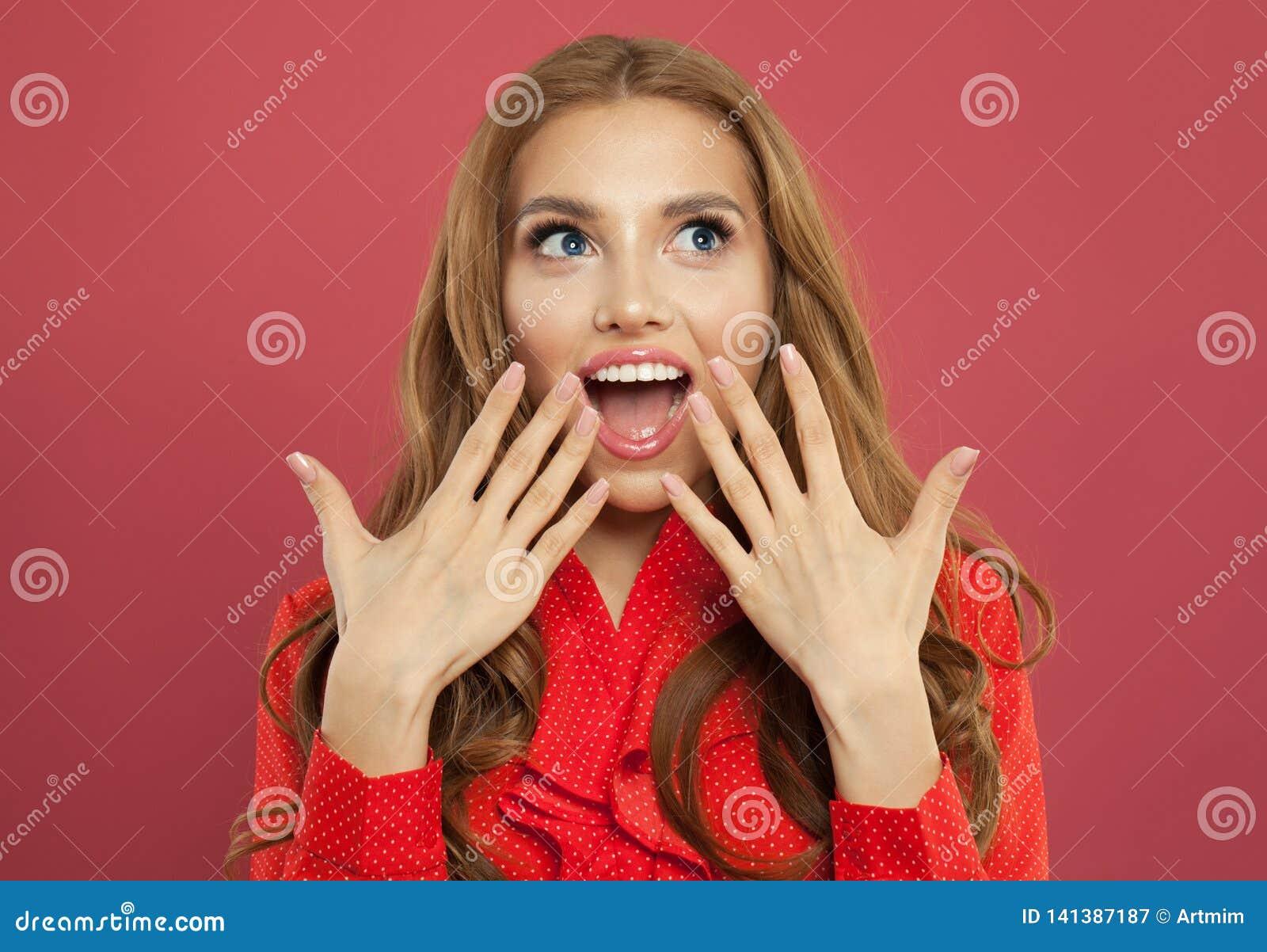 Młoda szczęśliwa z podnieceniem zdziwiona kobieta z rozpieczętowanym usta na kolorowym jaskrawym różowym tle emoci mody model tar