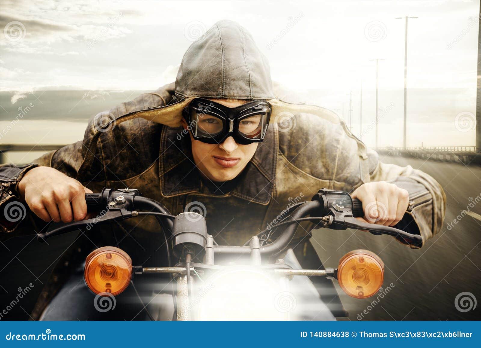 Młody motocyklisty jeżdżenie na drodze