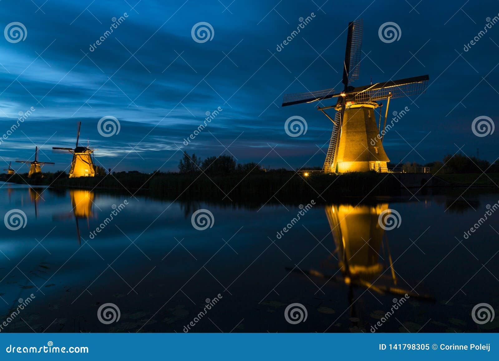 Młyny nocą przy Kinderdijk holandie
