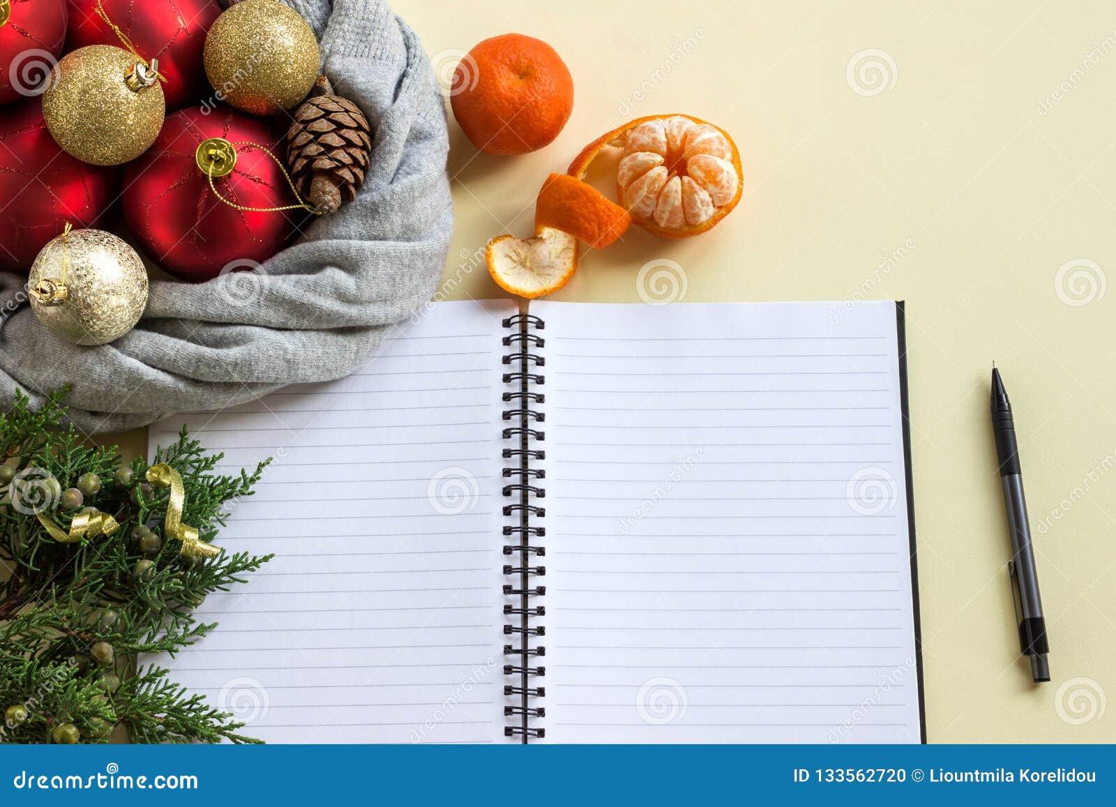 2019 mål Att att göra listan i notepad bredvid julpynt, kottar och tangerin