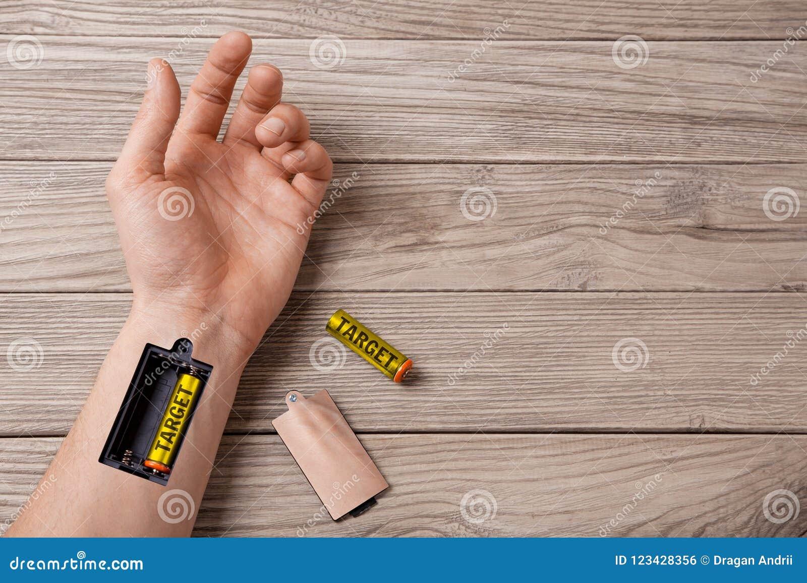 Mål Hand av en man med springan för laddande batterimål