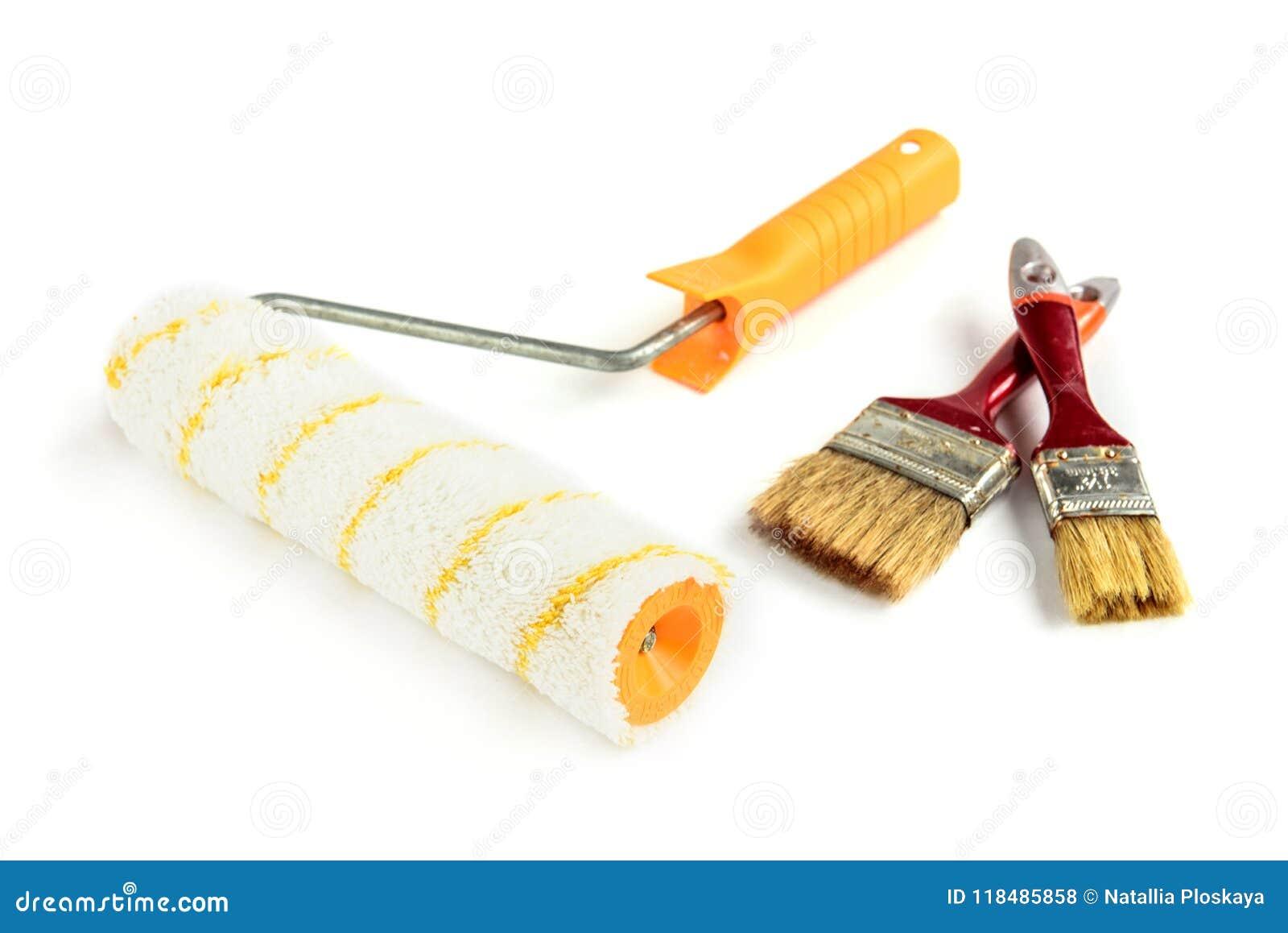 Måla borsten och rullen som isoleras på vit