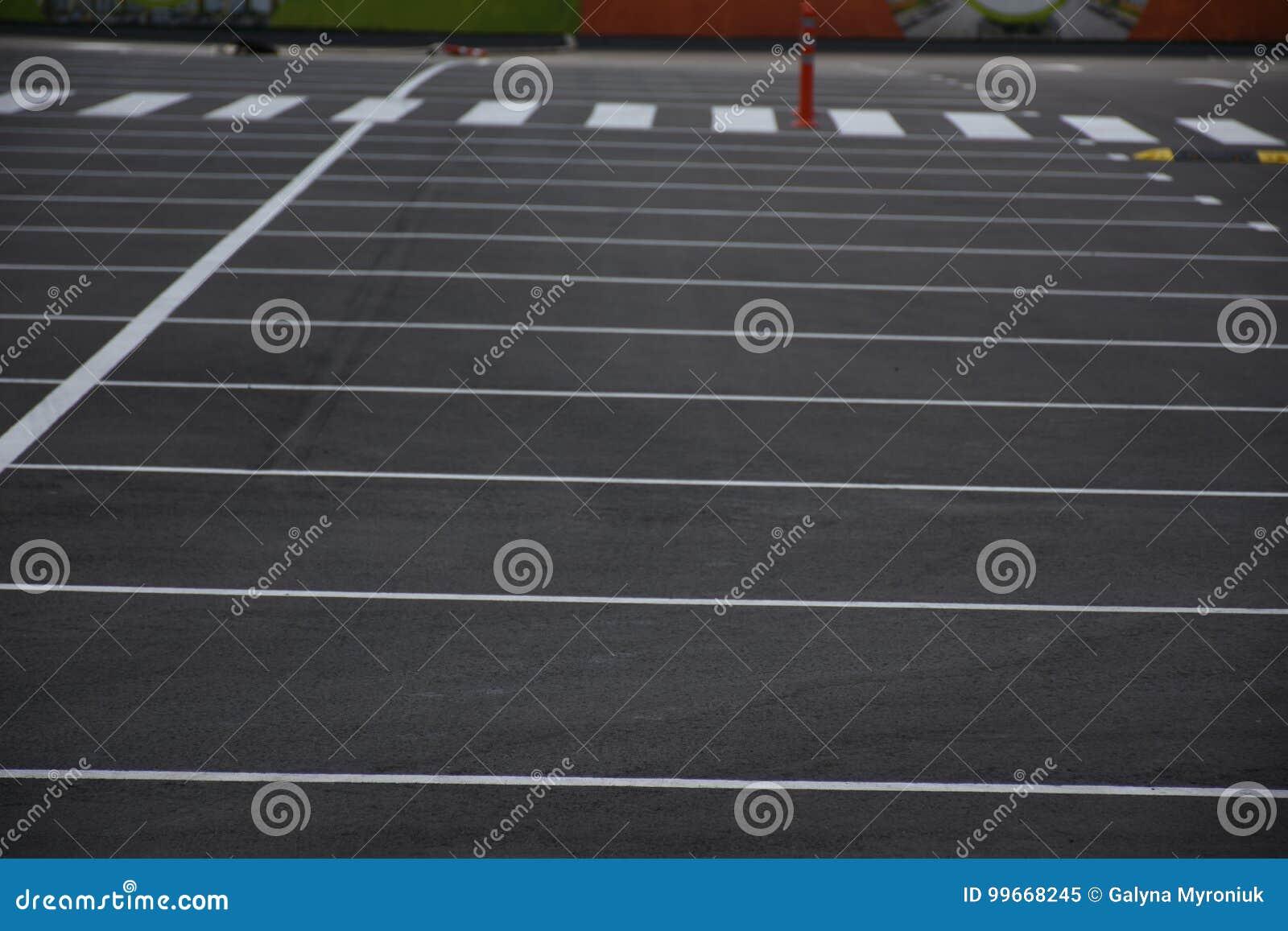 Målad orientering på asfalten för att parkera bilar,