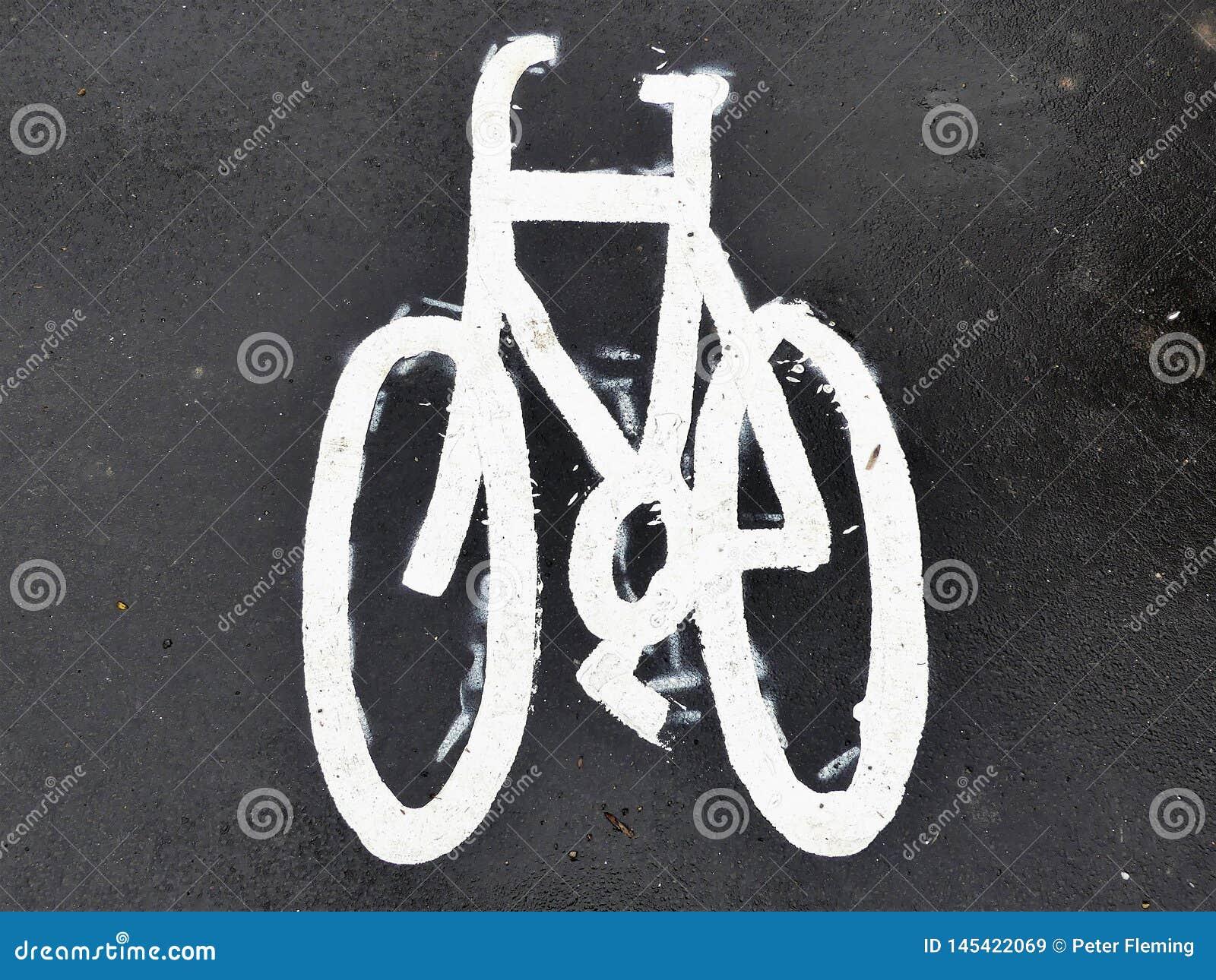 Målat cykeltecken på asfalttrottoar