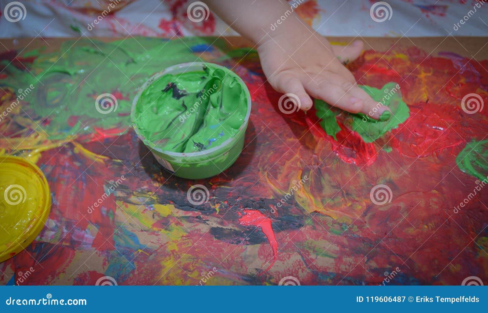 Målat i ljusa färger med behandla som ett barn handen eller fingrar
